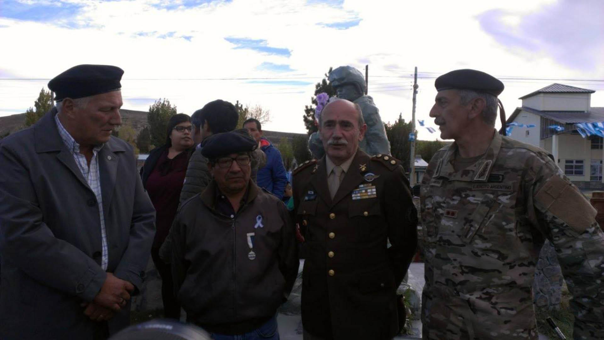 Alfredo Nahuelquir, el segundo de izquierda a derecha