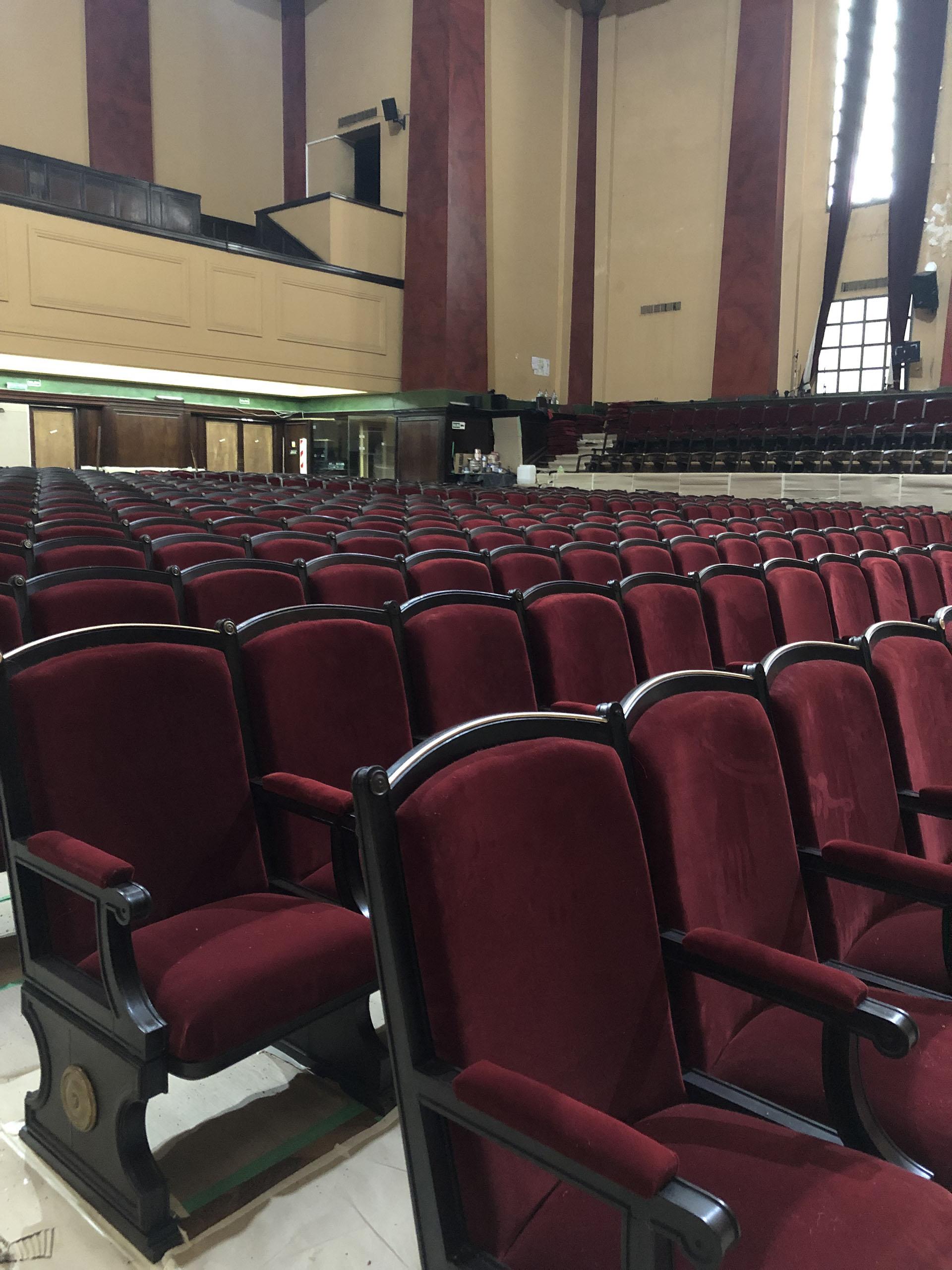 Según contaron las personas a cargo de la obra, se cambiaron todas las alfombras y se cambió todo el capitoné de las 10 puertas de acceso al salón