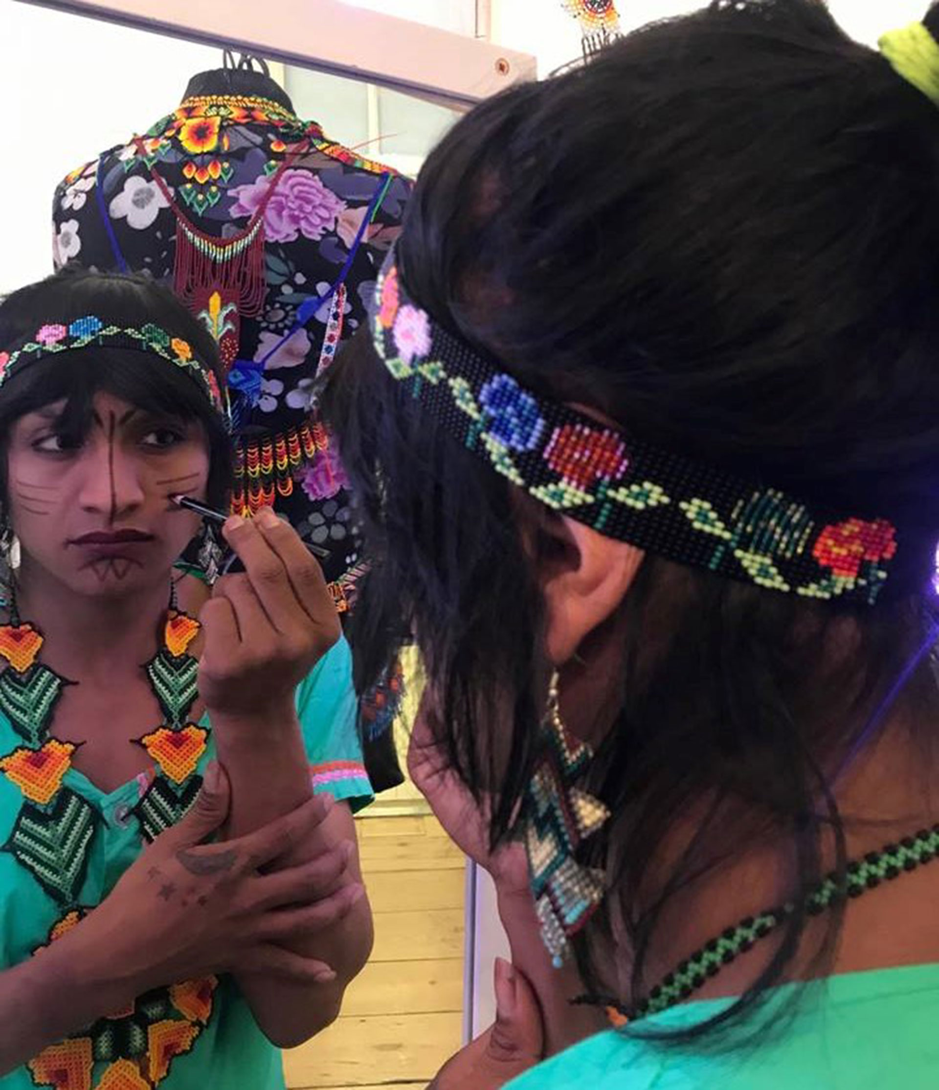 Roxana teje en su tradición artesanal accesorios que complementan los diseños de Laurens.