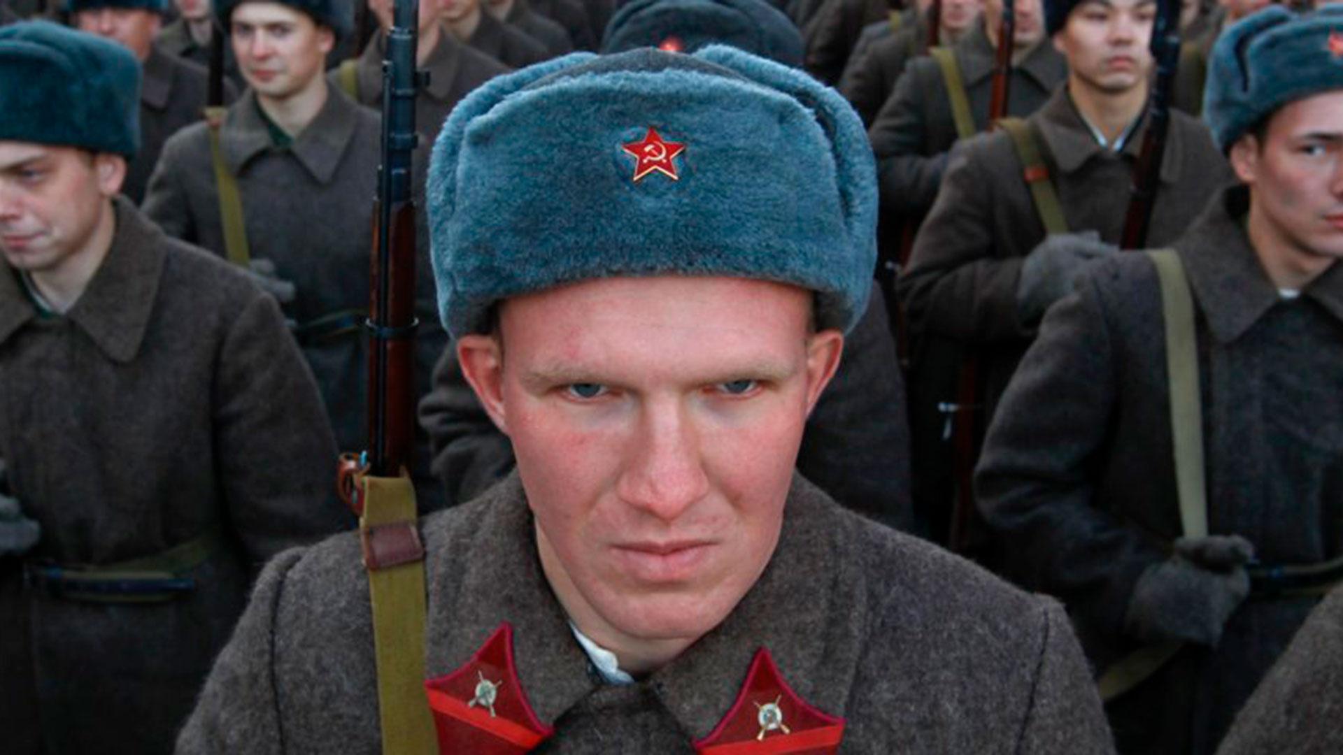 Militares rusos, vestidos con uniformes históricos, participan en un ensayo de desfile militar en la Plaza Roja de Moscú, el 1 de noviembre de 2013.