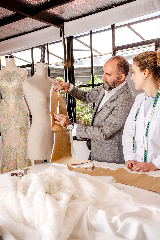 En pleno proceso de confección, trabajando sobre la moldearía de la pieza a realizar. Un vestido puede llevar hasta tres meses para ser finalizado