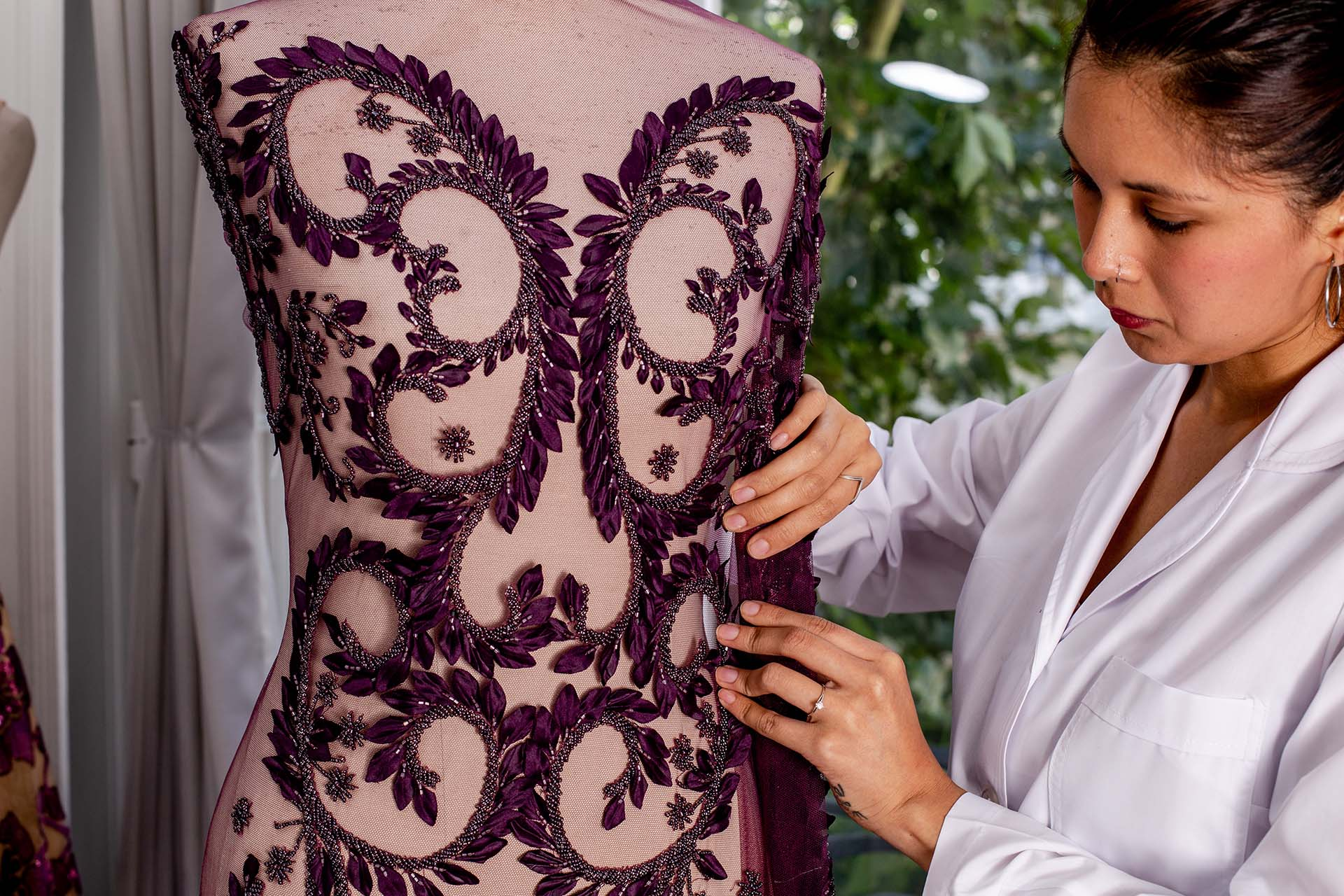 Otro modelo, parte de la última colección del diseñador. Aquí la costurera, realiza las mediciones de moldería sobre maniquí antes de efectuar el corte.