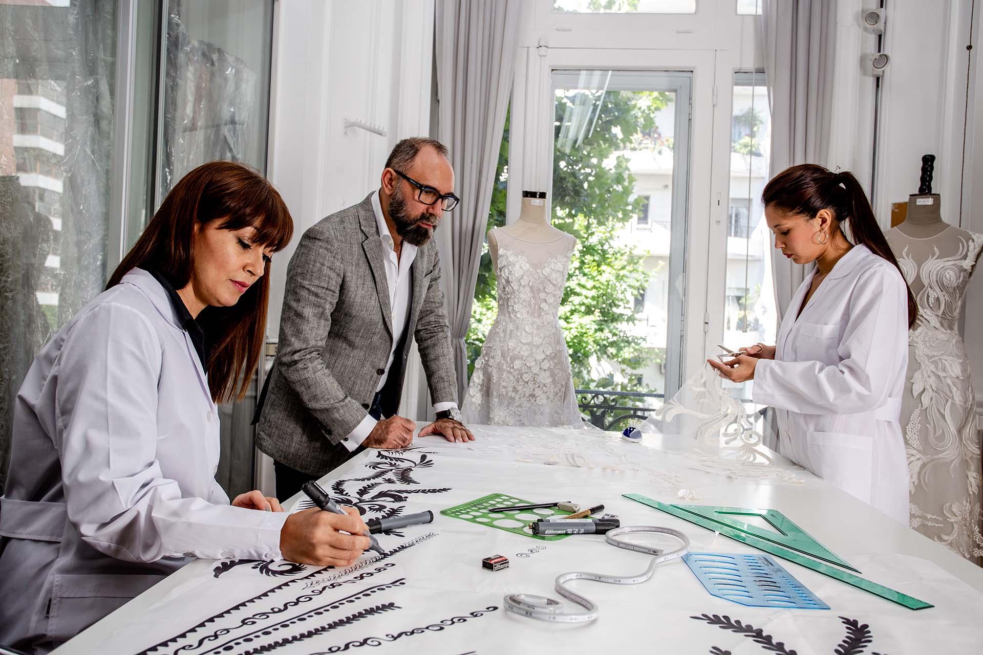 Diseñando los hilos de seda que luego serán aplicados íntegramente a mano en los colores y formas elegidos por Gabriel.