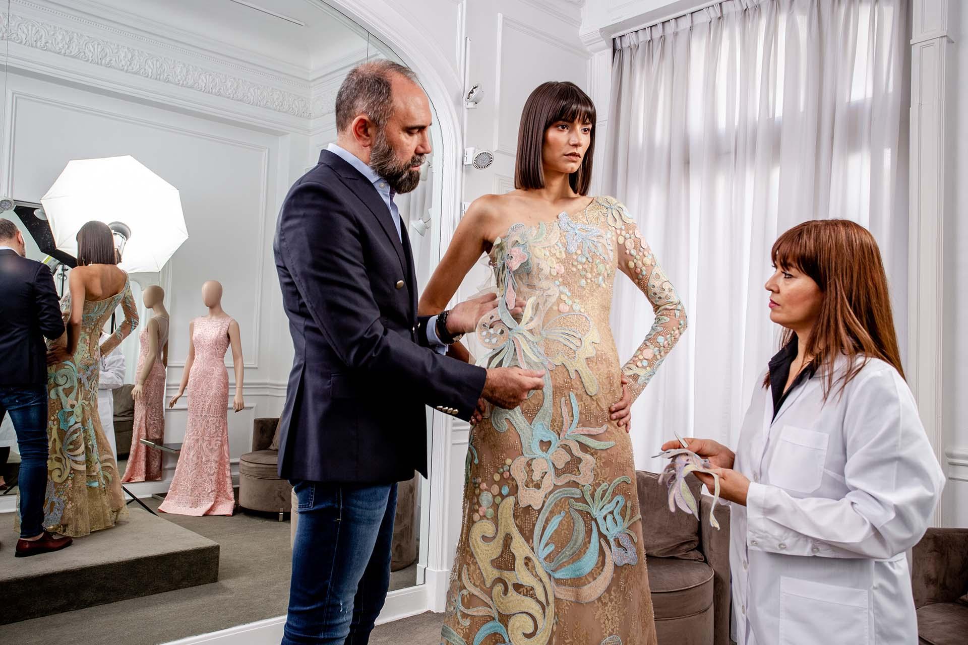 Gabriel Lage lleva más de tres décadas en la moda, la alta costura es su fuerte. En su atelier de Recoleta realizando los últimos detalles de la pieza bordada