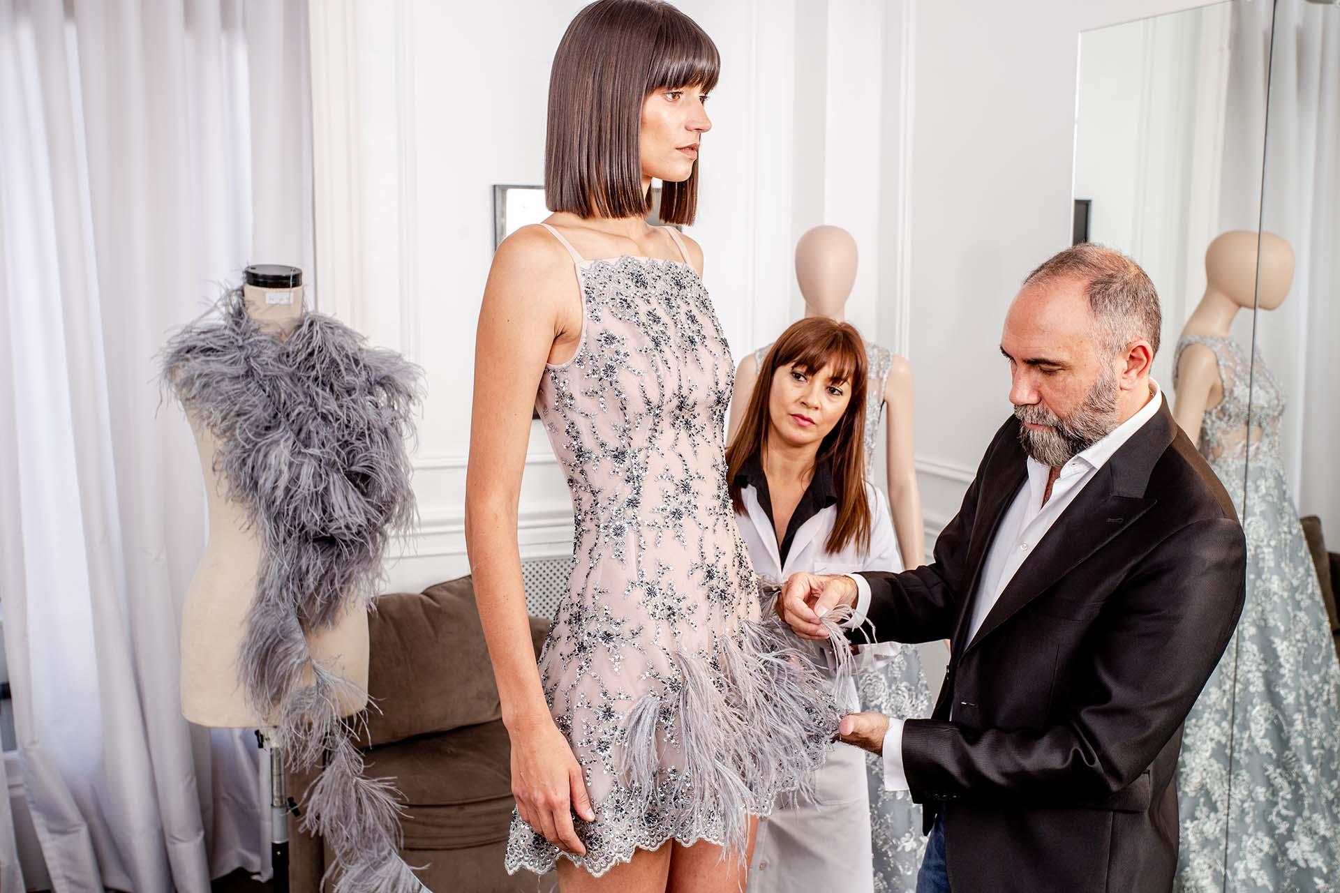 En vestido bordado totalmente a mano, Gabriel Lage aplica el detalle de plumas teñidas a tono.