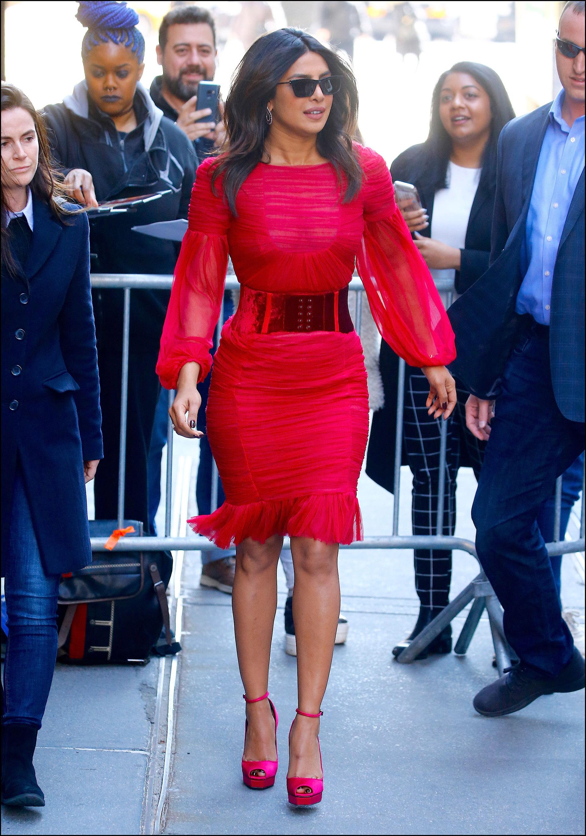 """Priyanka Chopra a la salida de una entrevista del programa """"The View"""" en Nueva York."""