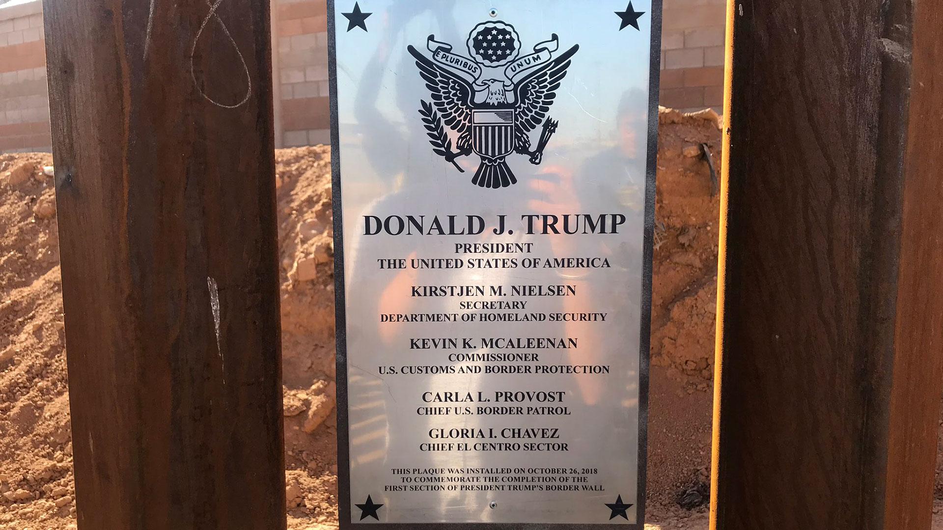 Una placa con el nombre de Donald Trump en el sector del muro en Calexico, California