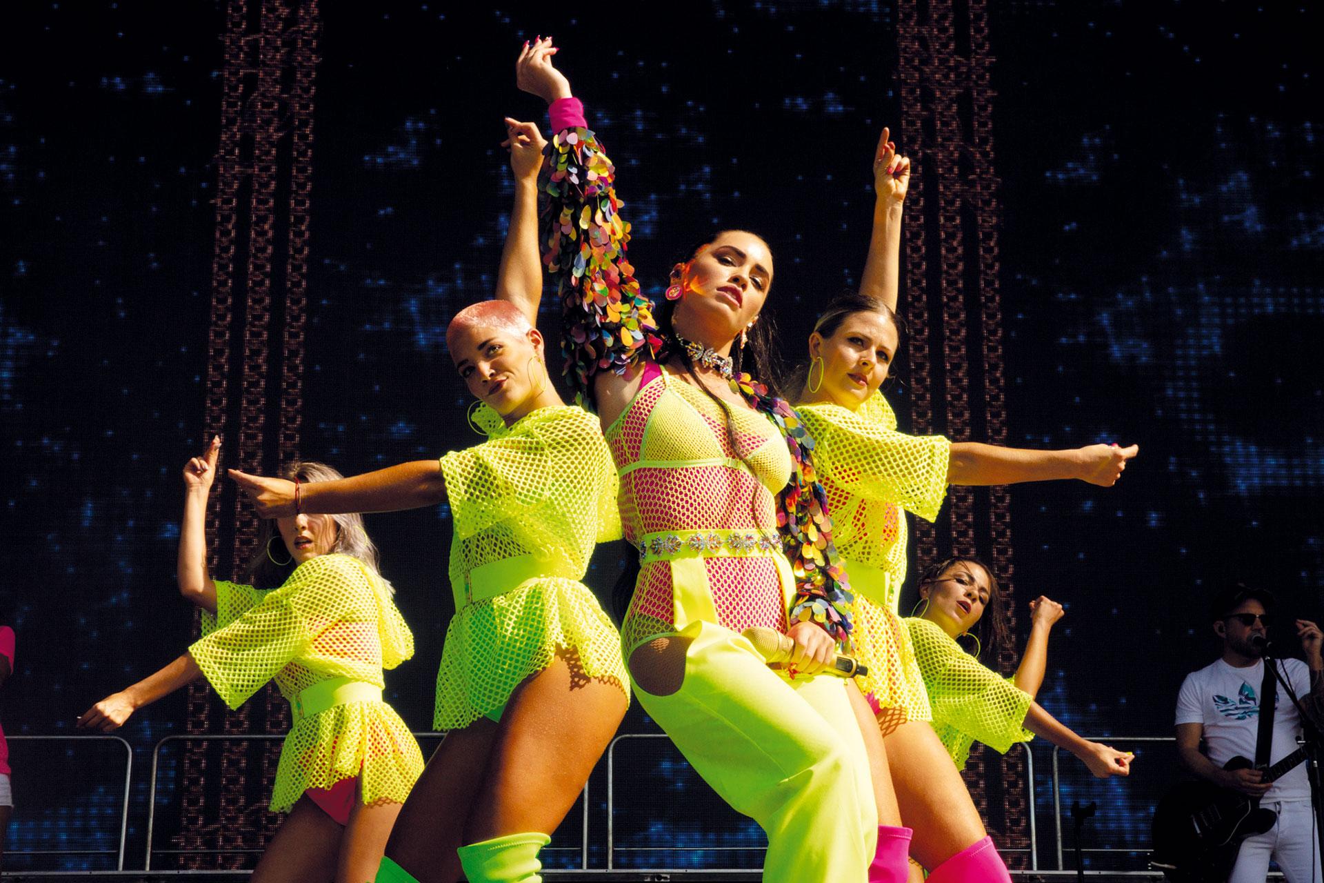 Con estilismo de su amiga Maru Venancio, Lali lució un jugado outfit de Guevara Ocampo en neón y sorprendió bajo el sol con coreos fuera de serie –su team de bailarinas estuvo a cargo de Denise De la Roche–.