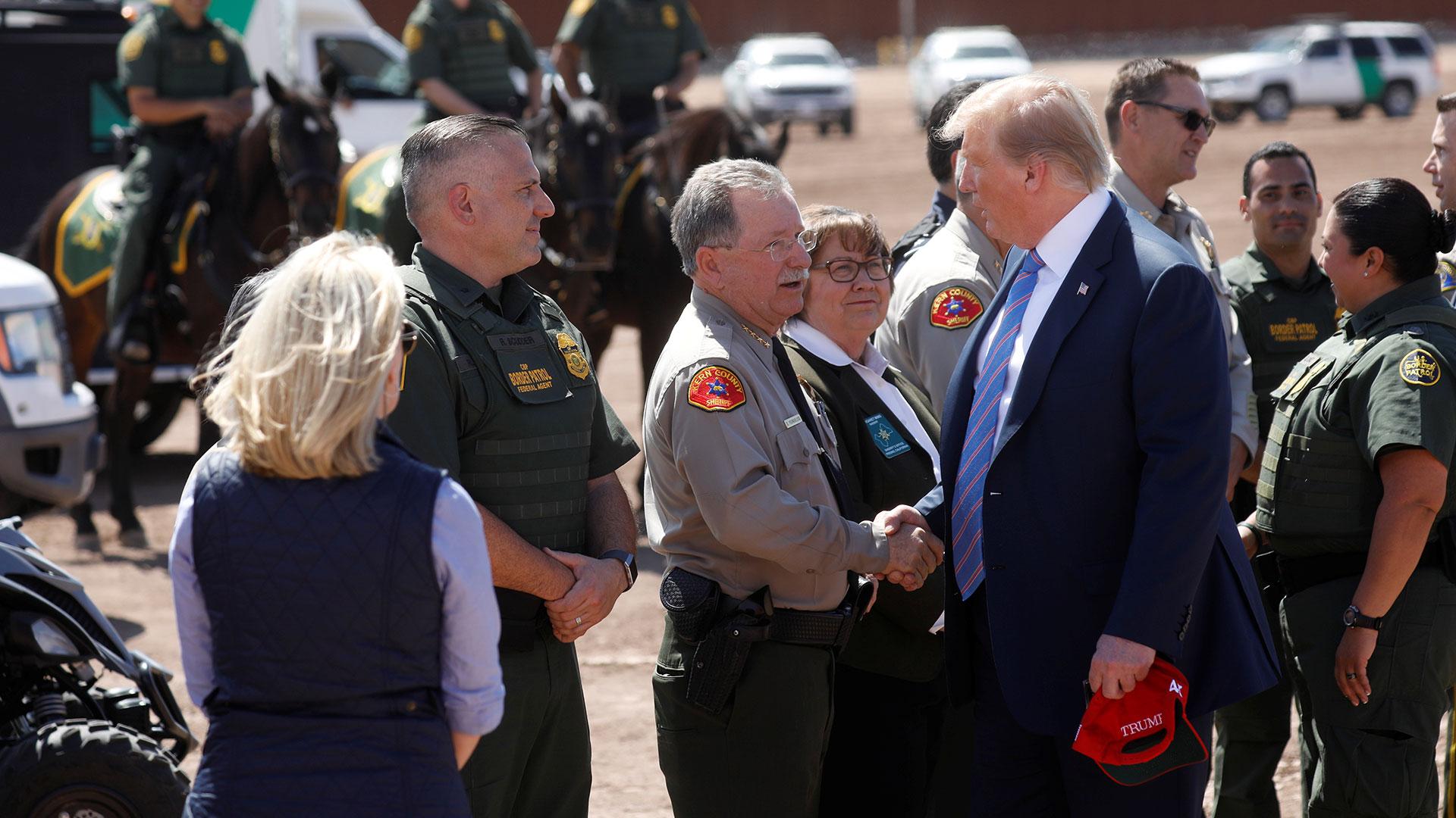 Trump con agentes de la Patrulla Fronteriza en Calexico (Reuters)