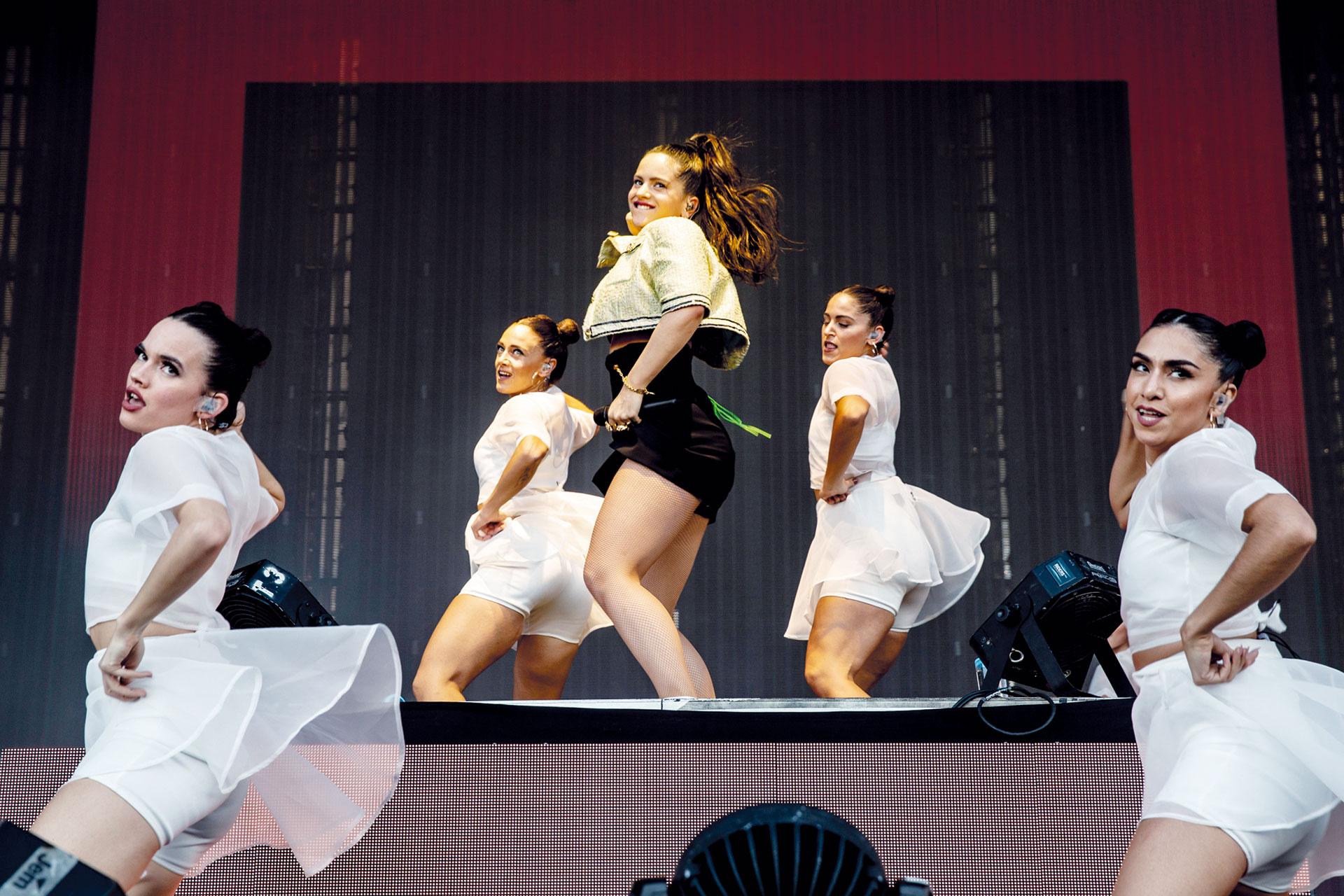 Rosalía: torera chic, con minishort de cintura alta y saco de mangas cortas de inspiración Chanel. Su vestuarista es su amiga, IT girl y DJ Sita Abellán, quien pasó música en el festival multitudinario.