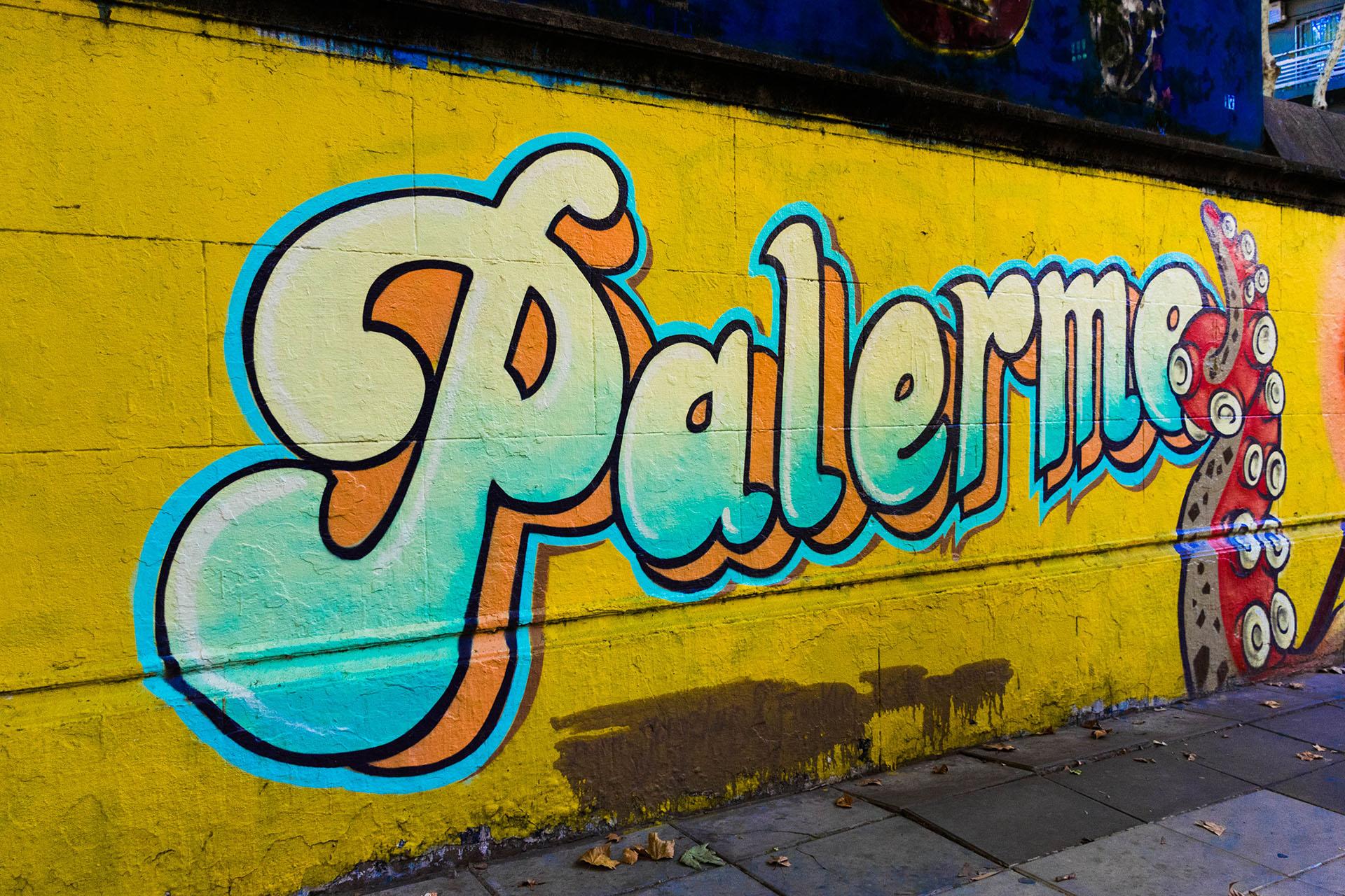 Una pared colorida, en el corazón del barrio más vibrante de la ciudad