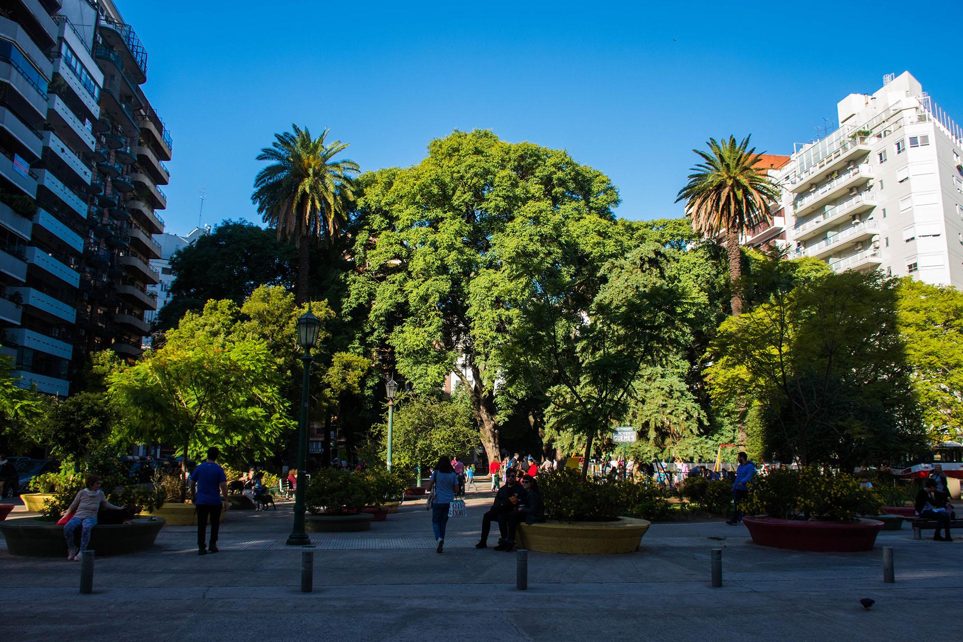 La plaza Güemes se encuentra ubicada entre las calles Mansilla, Salguero, Medrano y los últimos metros del boulevard Charcas