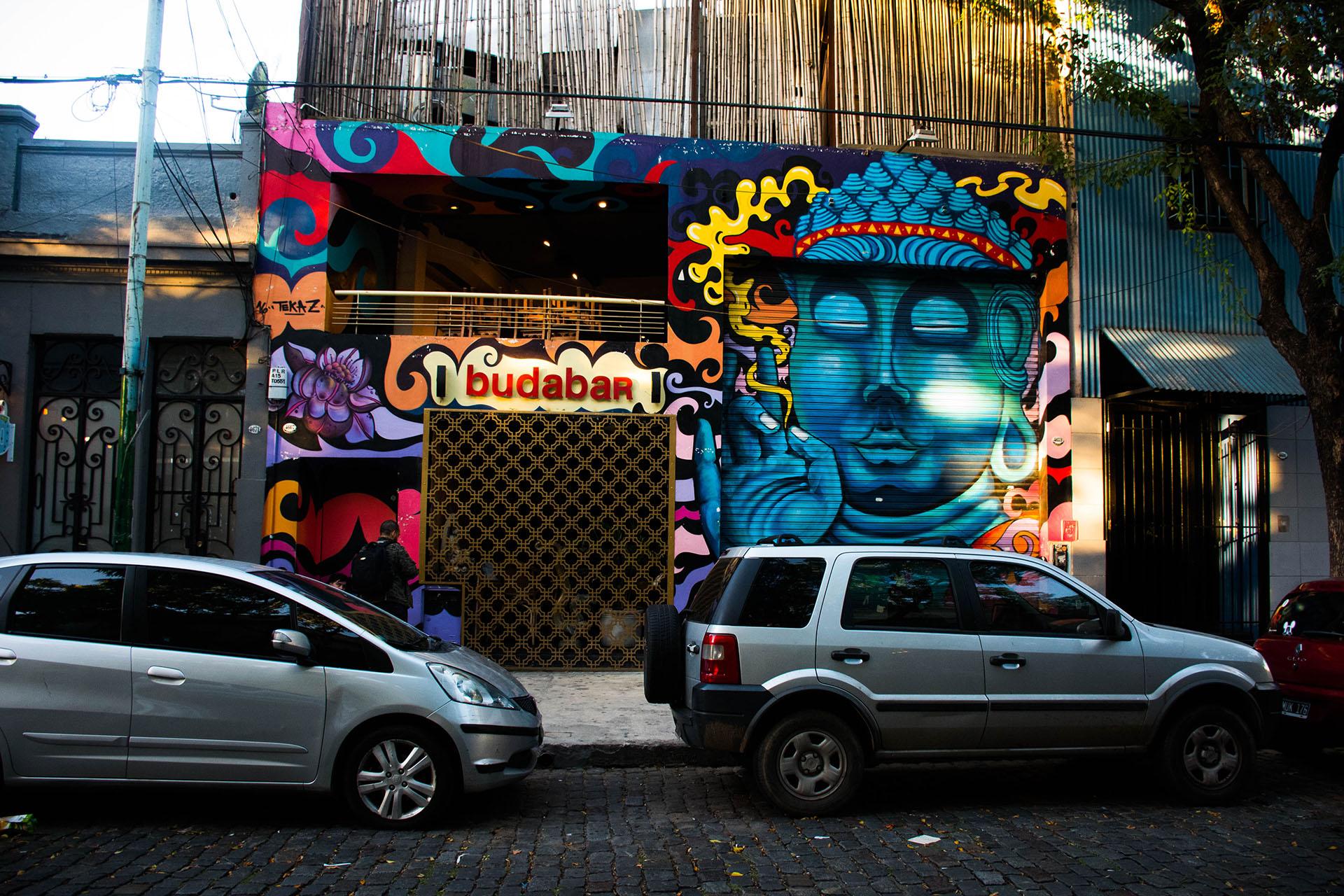 El trabajo de ilustradores y graffiteros se puede ver en algunas fachadas de los locales