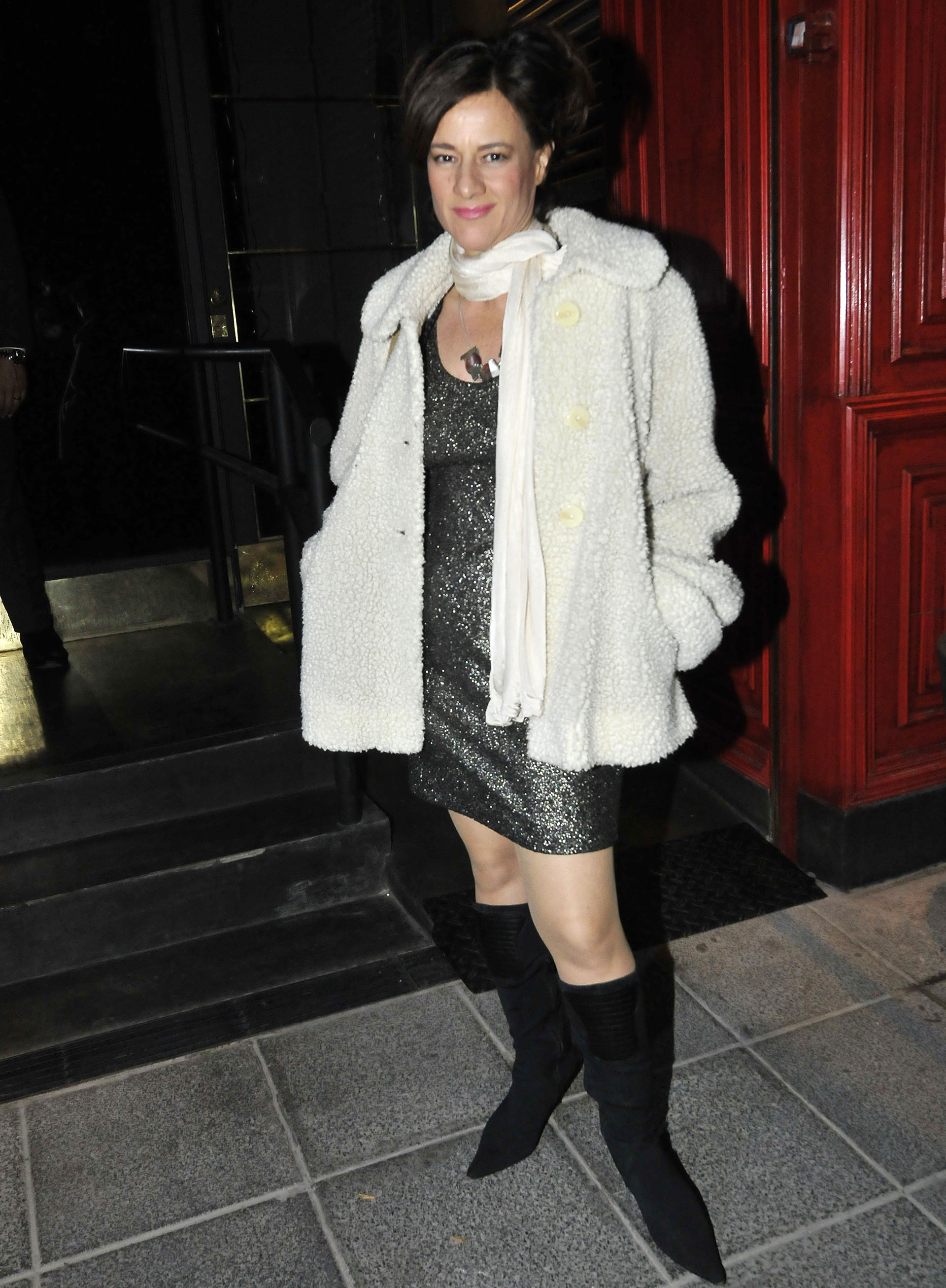 Virgina Innocenti, que forma parte del elenco de ATAV, lució un vestido negro de brillos con un tapado blanco