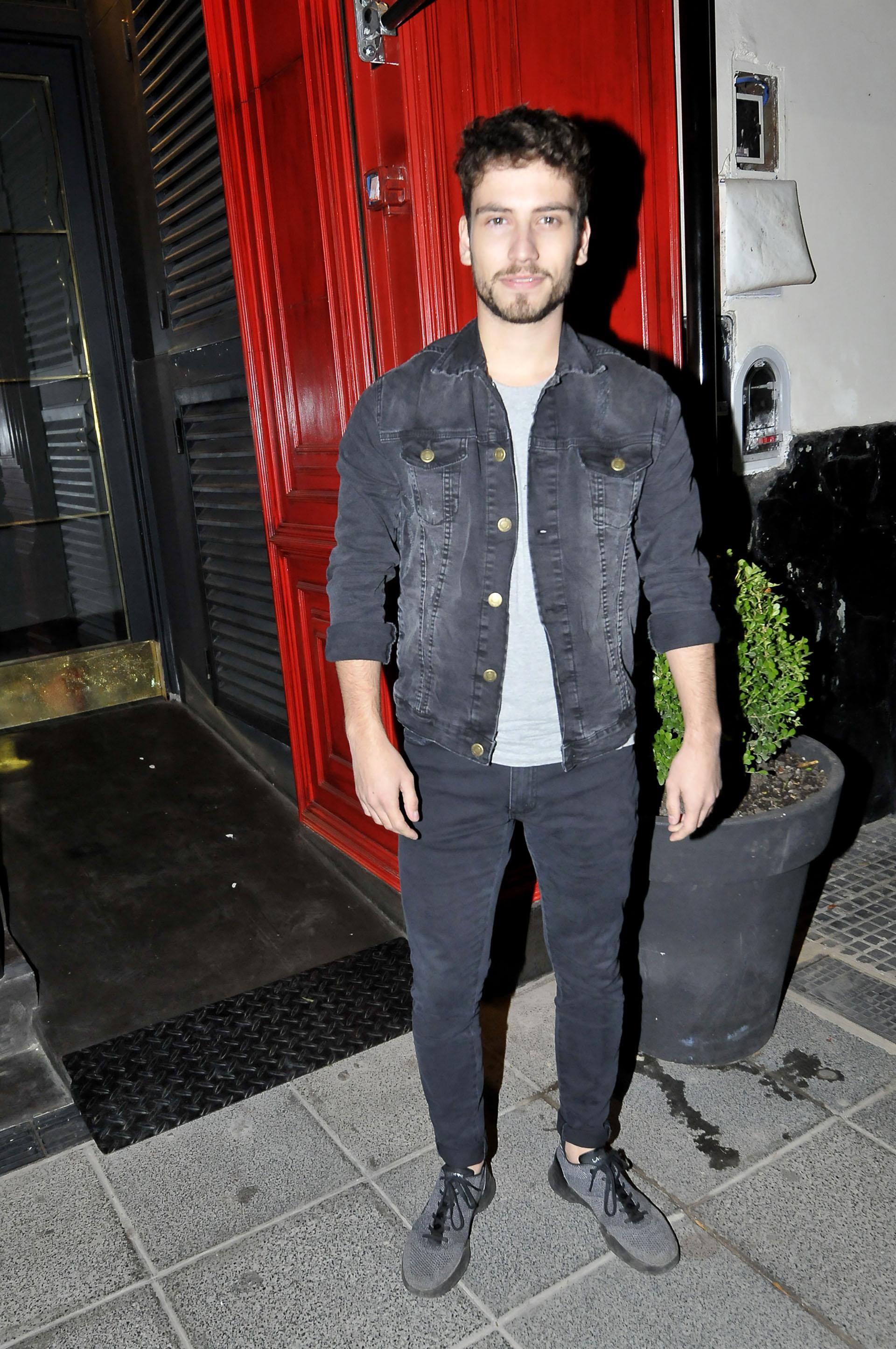 Albert Baró, el galán español, con un chupín y campera de jean negra