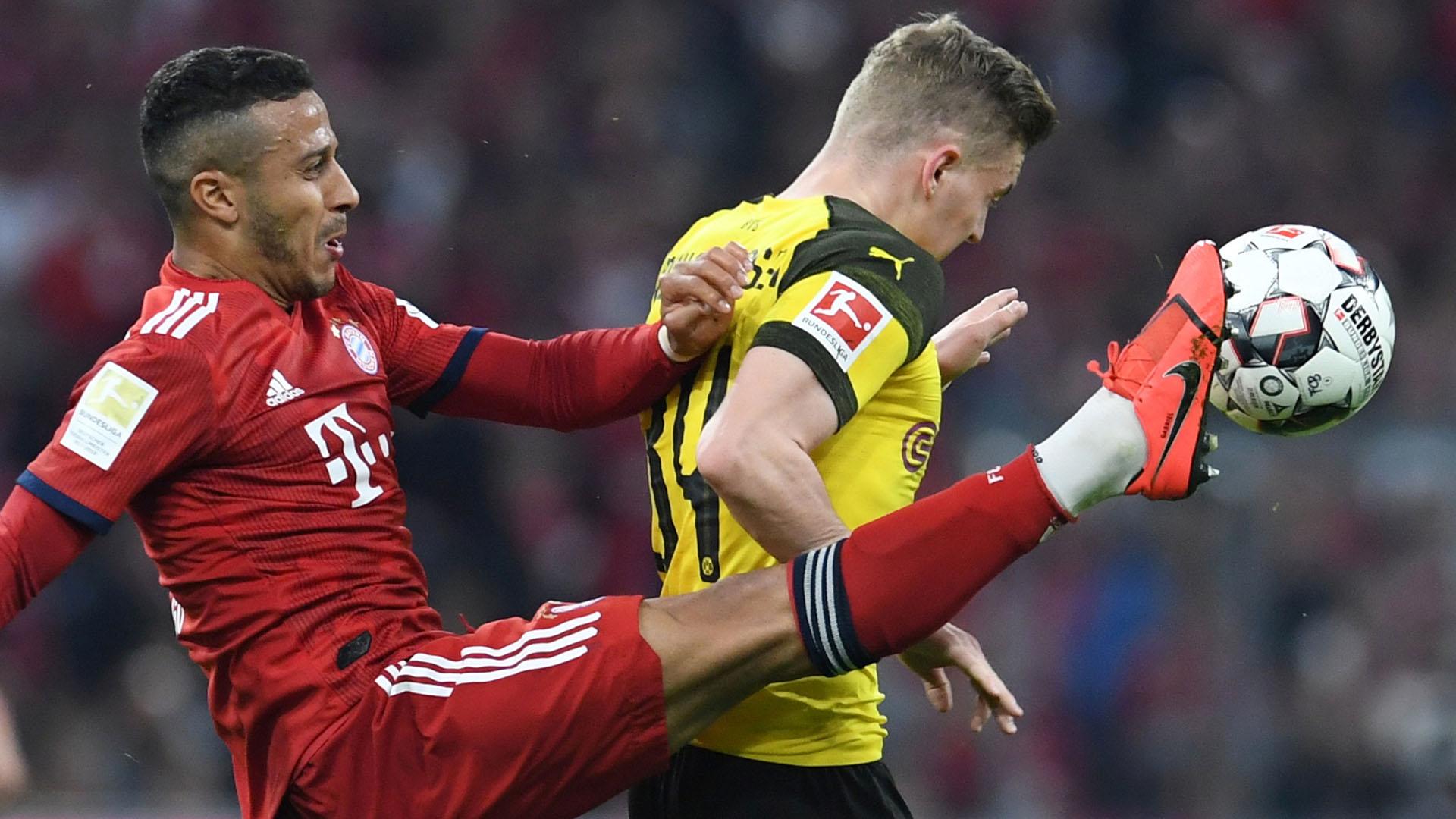 Thiago y Jacob Bruun Larsen pelean por el balón en 'Der Klassiker' (REUTERS)
