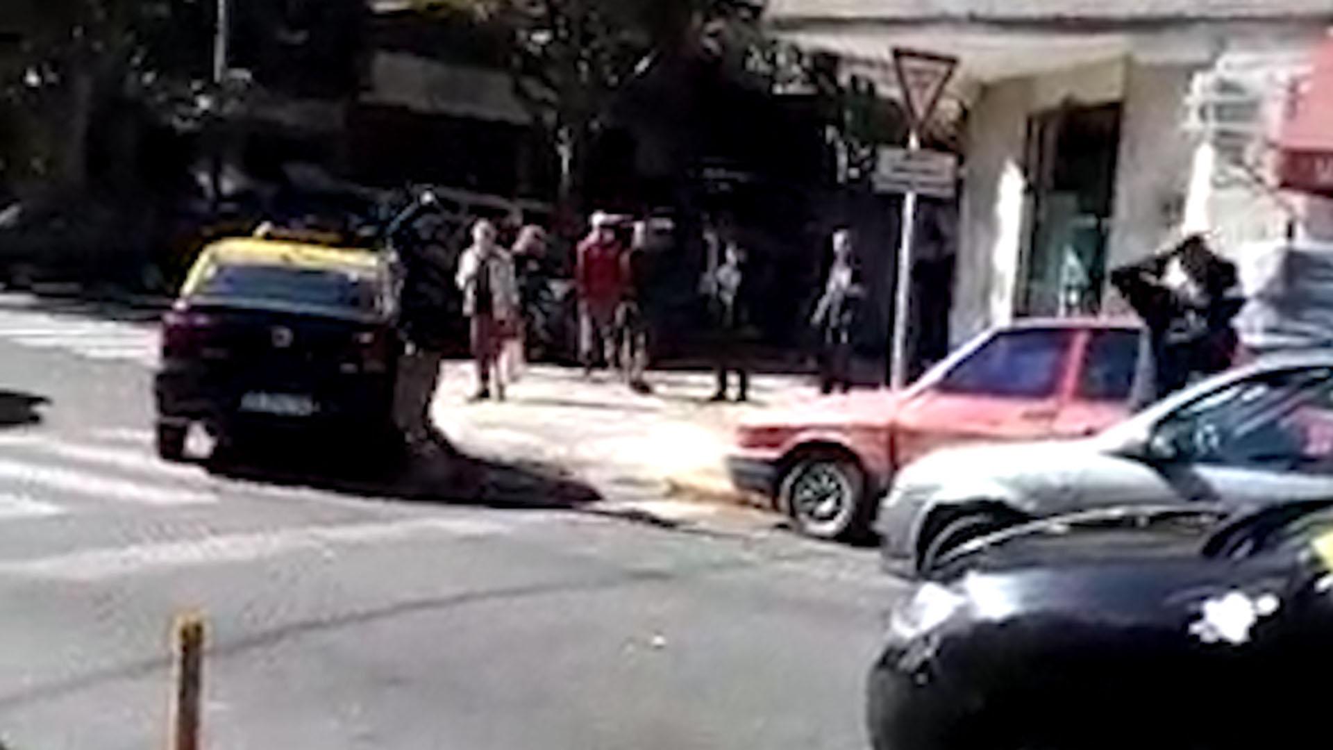 Previo a retirarse, el taxista regresó marcha atrás e impactó su vehículo contra la parte frontal del otro