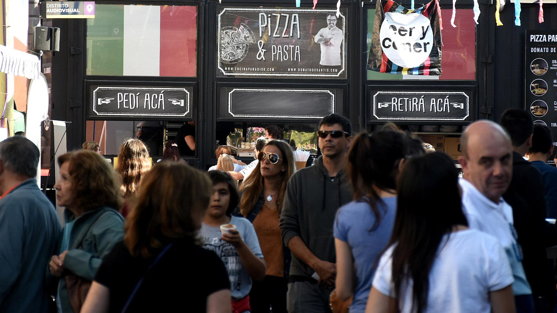 Pizza & Pasta, el food truck del reconocido cocinero Donato de Santis que este año volvió a acompañar en su onceava edición a la feria. ¿Las estrellas Donato? Sus pizzas de cuatro porciones son elaboradas a la piedra
