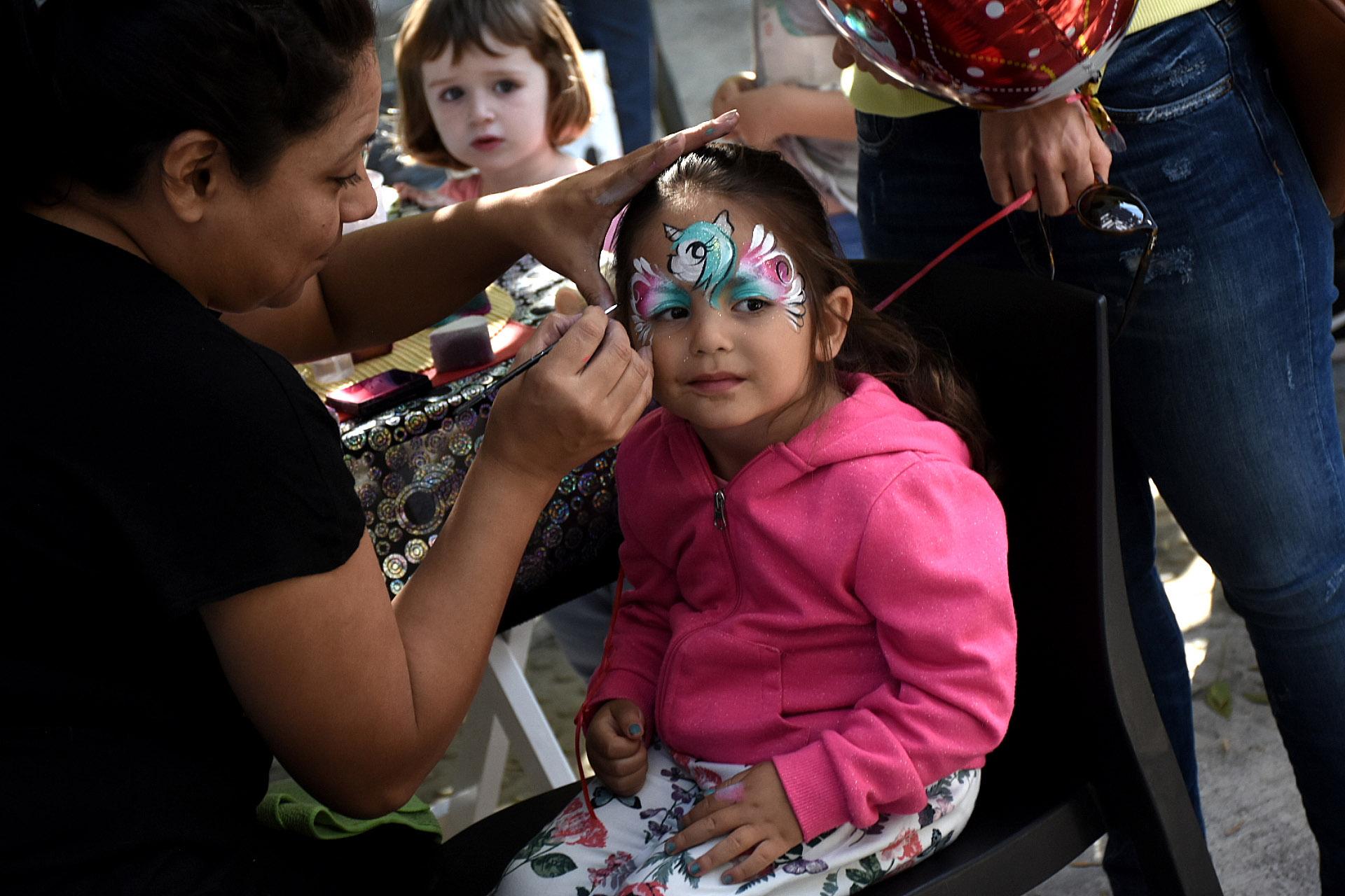 Para las más coquetas, este año la feria Leer y Comer contó con expertas en maquillaje para que los niños puedan pintarse el rostro con sus personajes favoritos. Unicornios, mariposas y pájaros fueron los diseños más solicitados