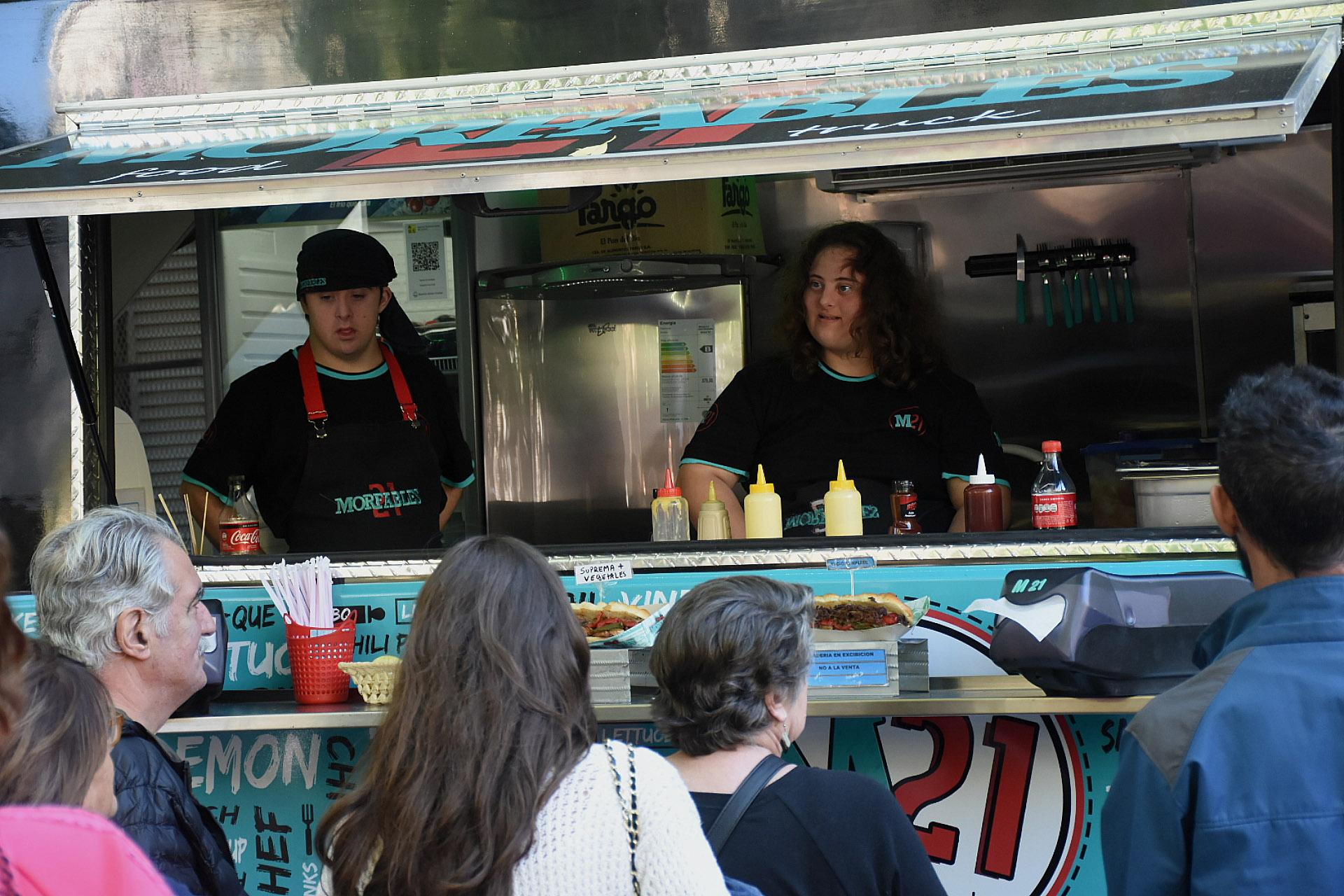 Morfables 21, el primer food truck inclusivo, estrenaron camión en la feria Leer y Comer y las opciones para comer fueron un sándwich de vacío desmenuzado, un sándwich de vegetales o un sándwich de bondiola