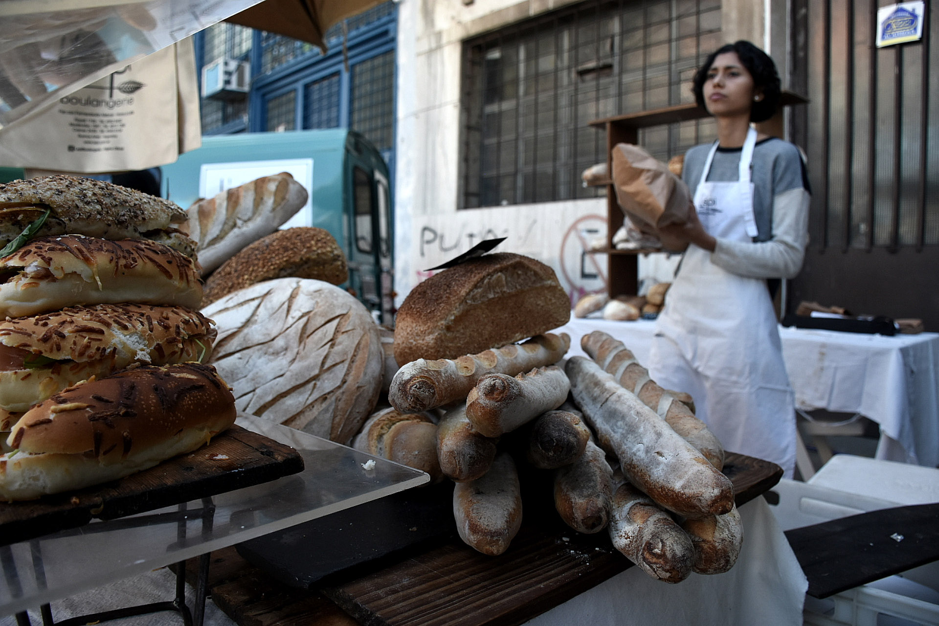 Las baguette y los sándwiches de rúcula, queso brie, tomates confitados y aceite de oliva by Lepi Boulangerie, un clásico de la feria que también tiene sus tradicionales platos dulces