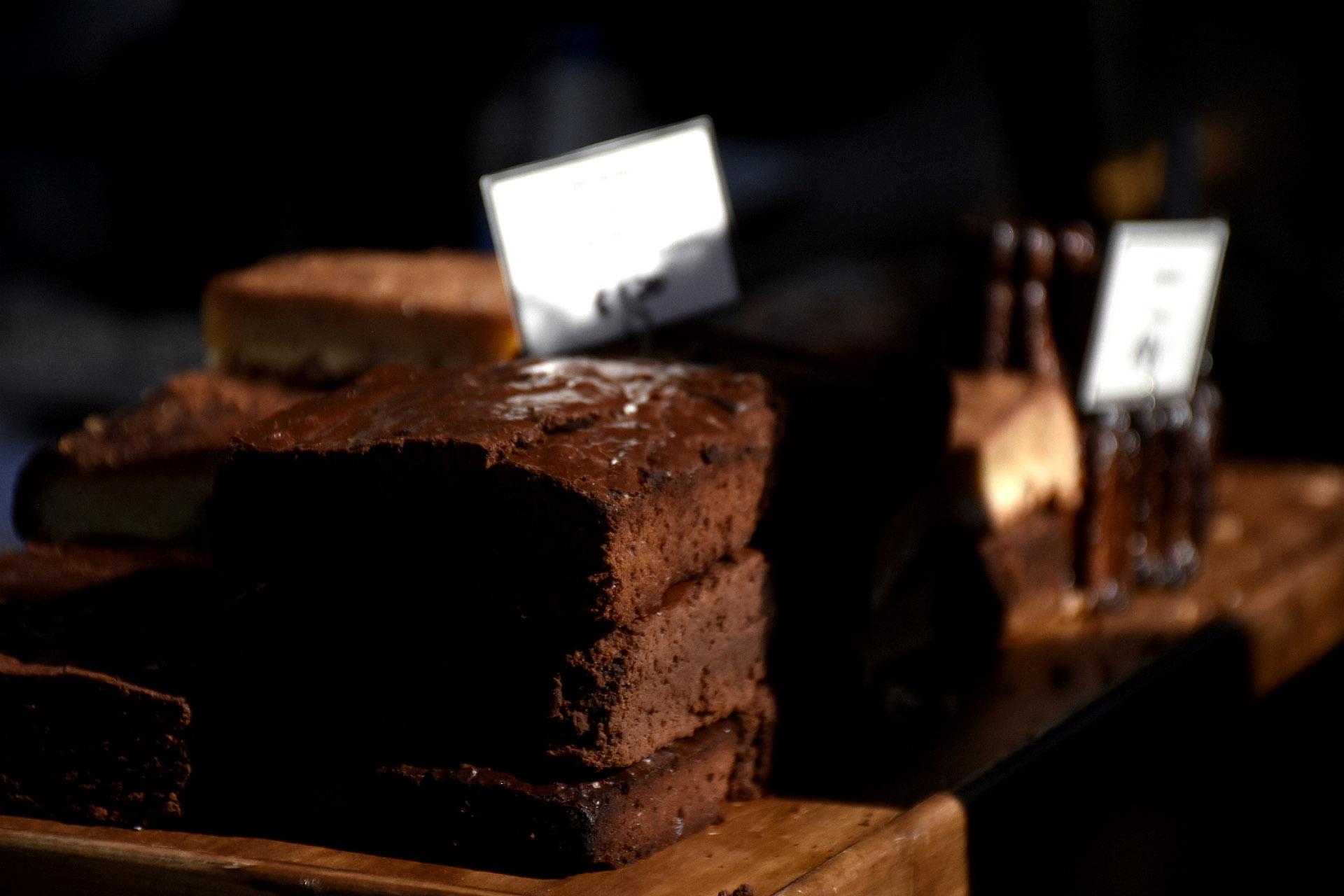 Las delicias dulces no pueden faltar. Brownies de chocolate negro by Compañía de Chocolates. En su carrito también llevaron sus clásicos helados que incluyeron el tradicional pistacho, postres y tortas para compartir con la familia y en pareja
