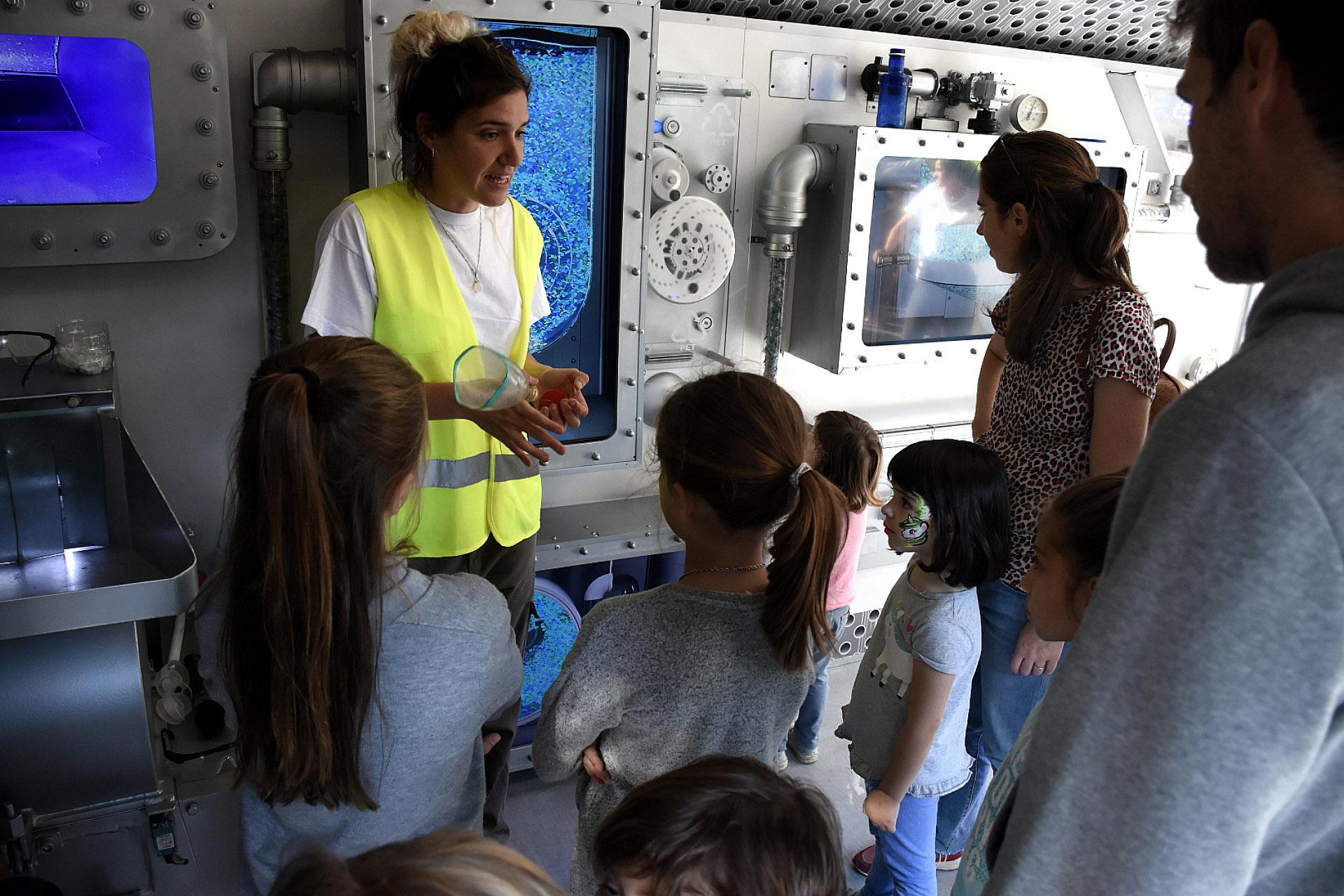 Los más pequeños de la familia mientras sus padres escuchaban la charla de cocineros y escritores pudieron disfrutar de actividades recreativas como el camión de ciencia