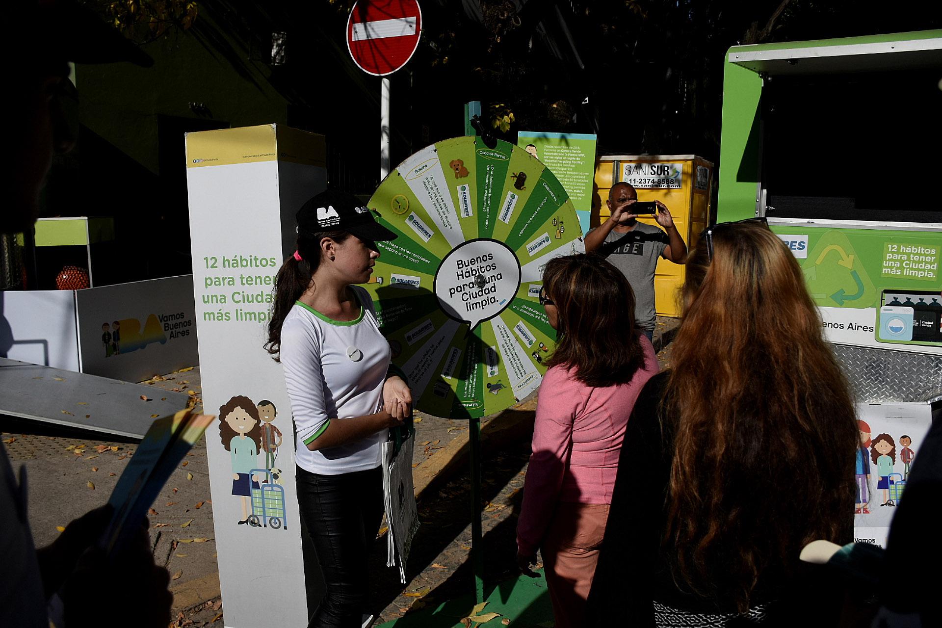 Cientos de vecinos se acercaron al barrio porteño de Chacarita para probar los sabores de los food trucks de Leer y Comer y también participar del stand de buenos hábitos de una Ciudad limpia. Ah{i podías ganar premios
