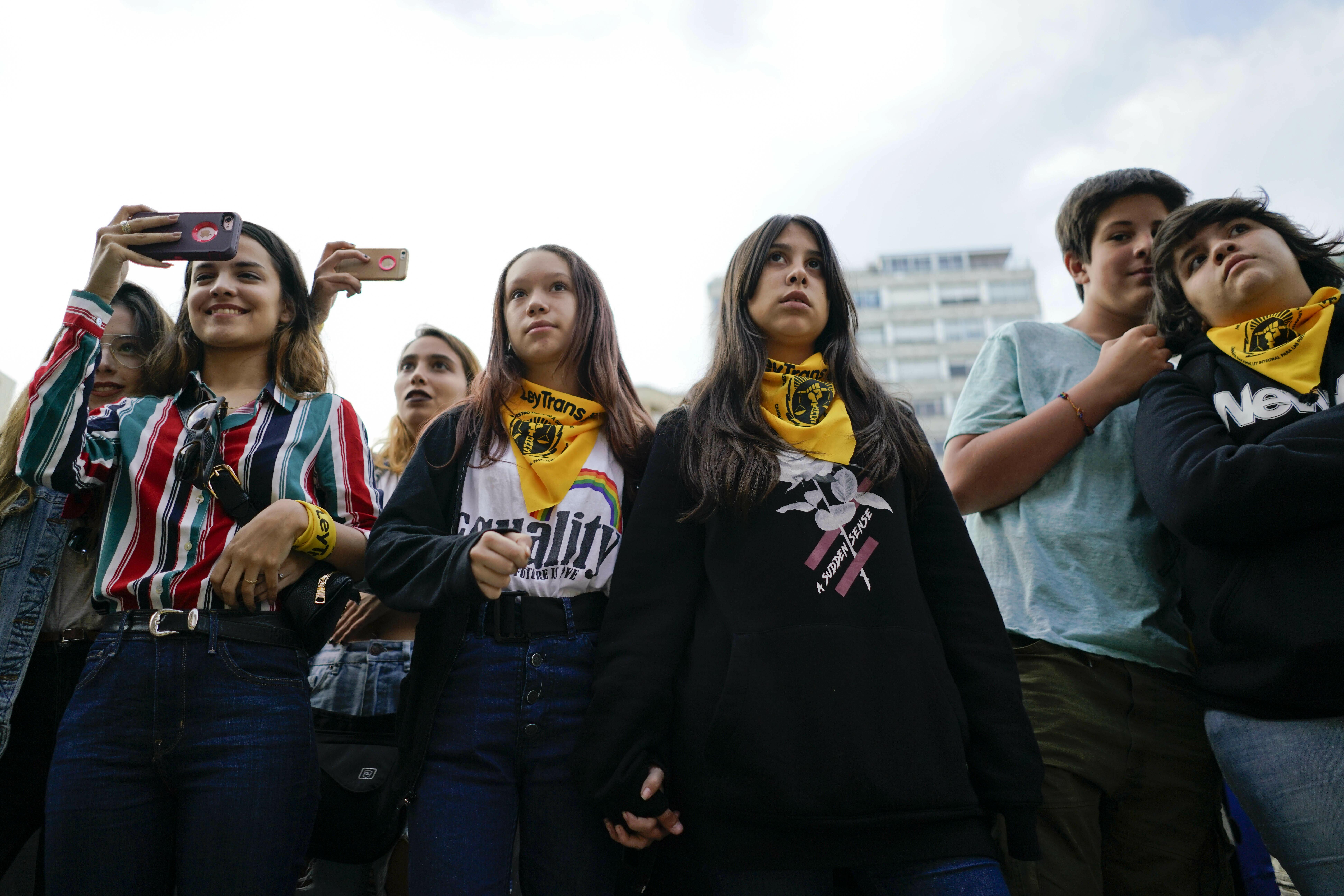 Un grupo de adolescentes en la marcha en Montevideo. (AP Photo/Matilde Campodonico)