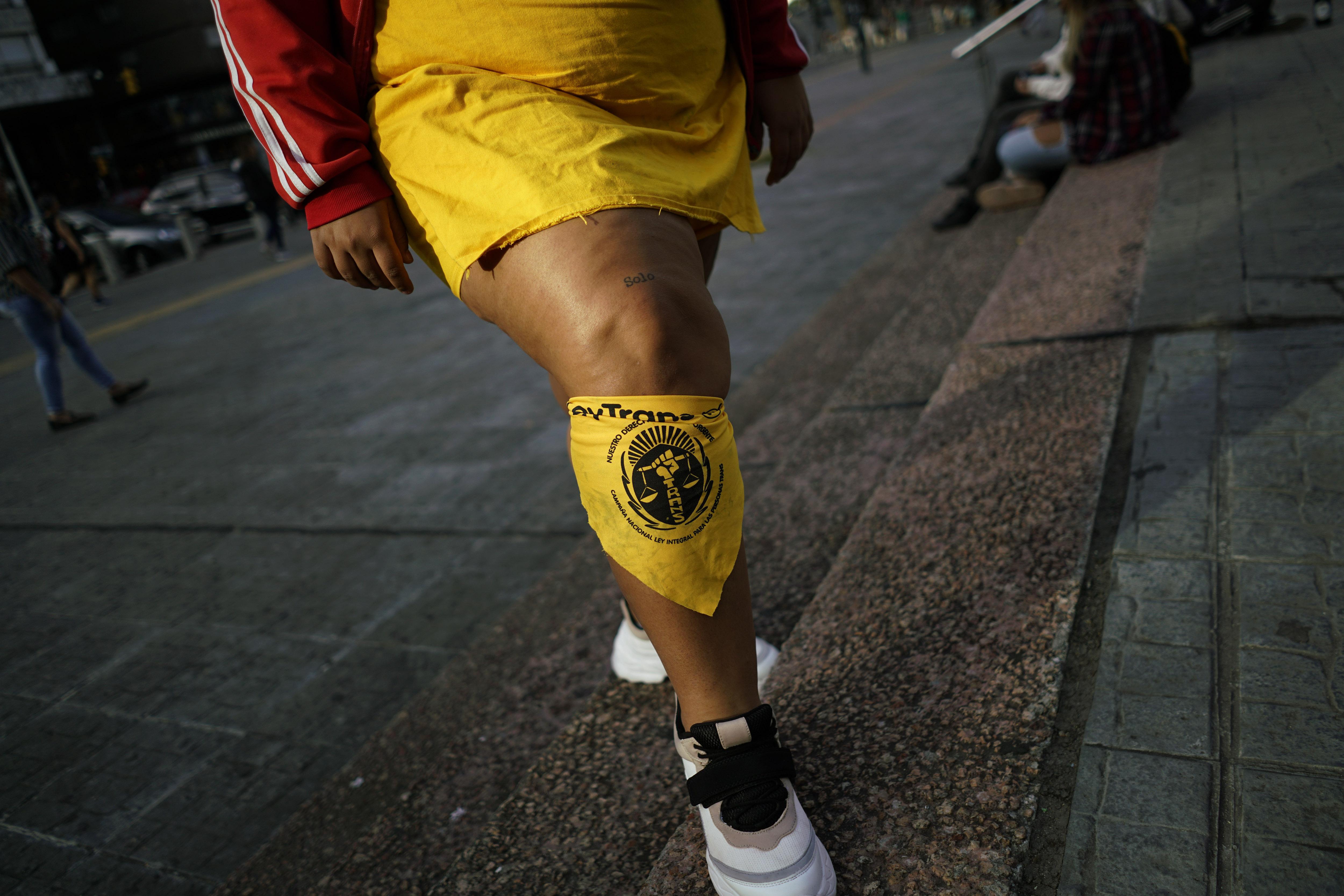 El pañuelo amarillo se convirtió en un símbolo de la marcha. (AP Photo/Matilde Campodonico)