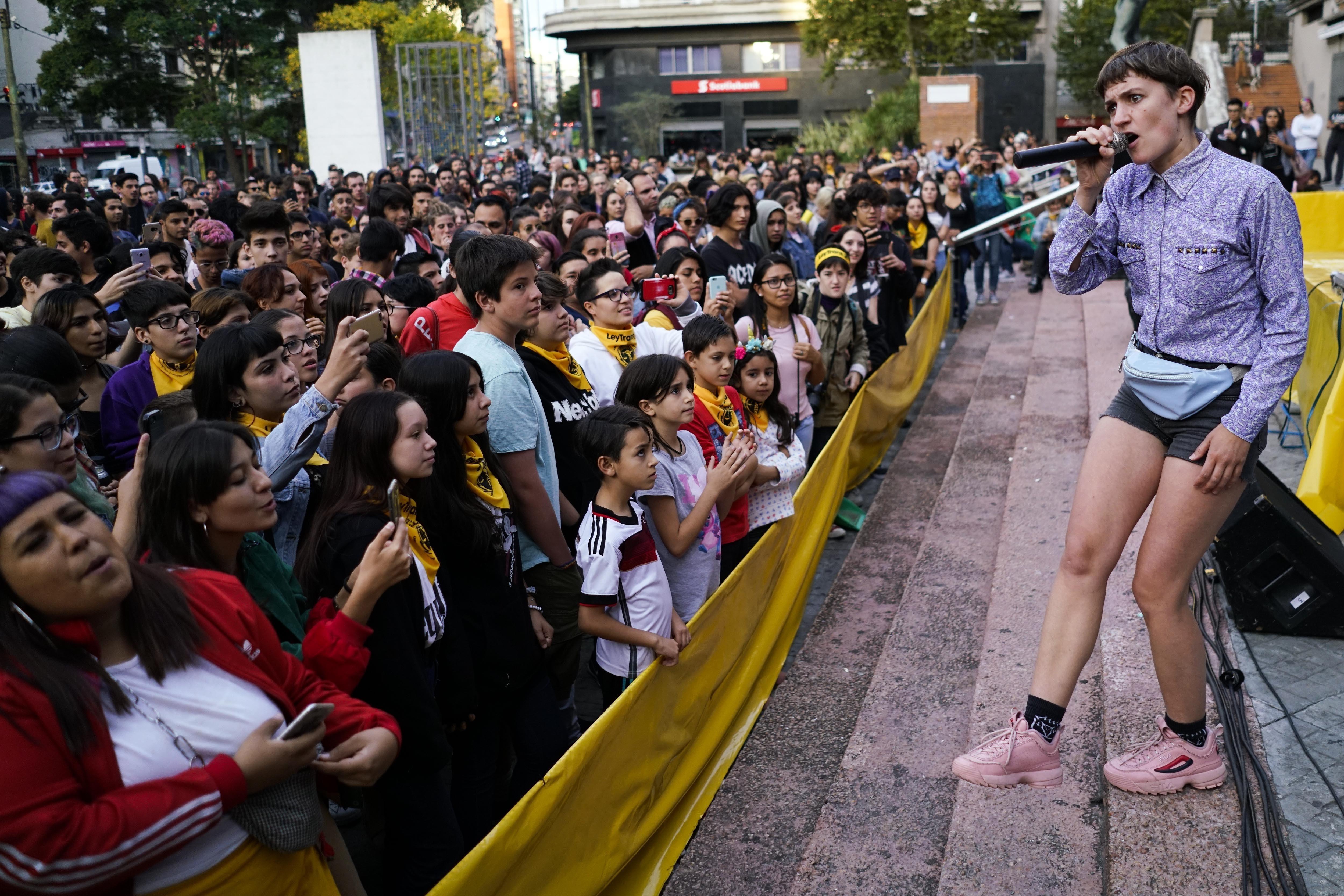 El cantante uruguayo Eli Almic se presenta durante un evento en apoyo a la lei integral Trans, frente al palacio de gobierno en Montevideo, Uruguay, el sábado 6 de abril de 2019. (AP Foto/Matilde Campodónico)