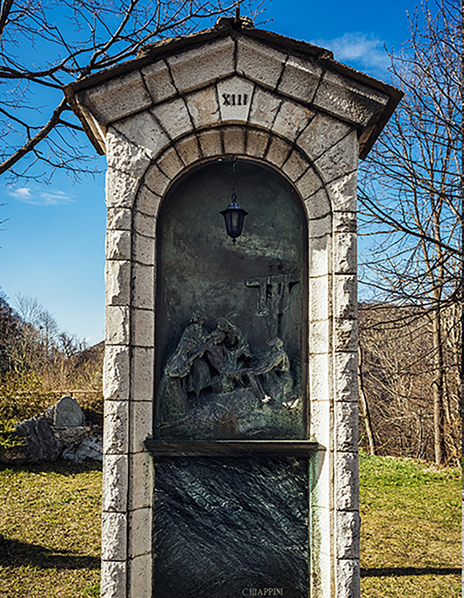 Las 14 estaciones del Vía Crucis del escultor Michele Vedani se venden con un descuento del 15% por 600.000 euros. Comenzó a construirse en 1940 y la obra, en bronce,concluyó en 1968