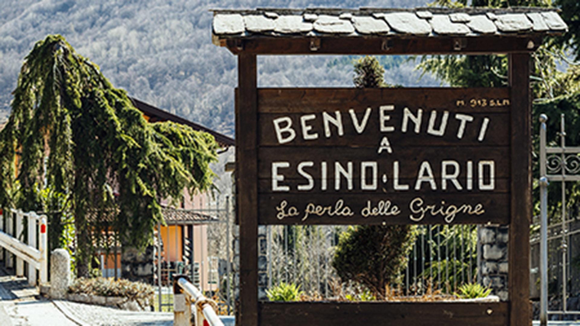 """""""Bienvenidos a Esino Lario"""", el letrero que da la bienvenida al pintorezco pueblo de Lombardía. ¿Le gusta?Puede ser suyo por 1.250 euros (http://vendesiesino.it/)"""
