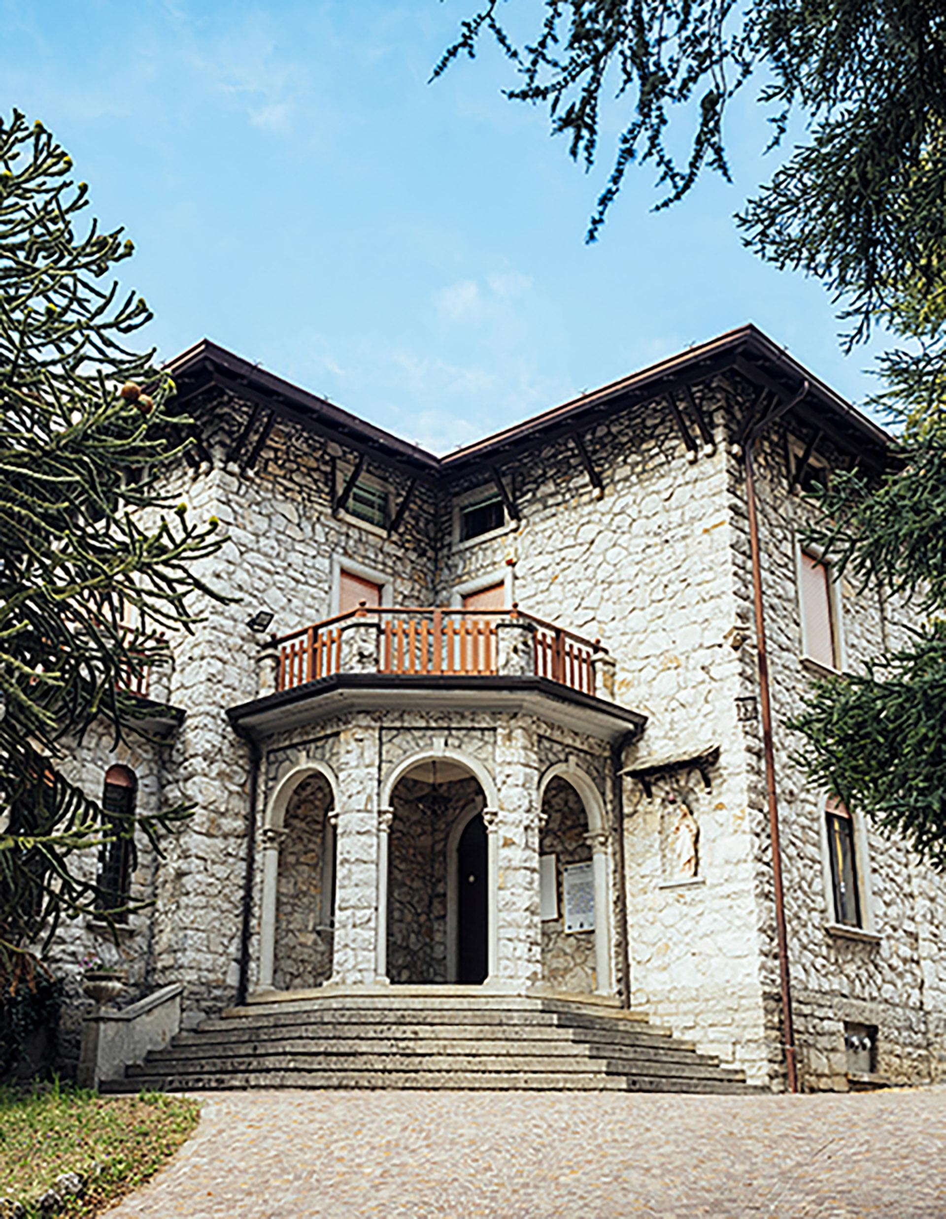 La imponente Villa Clotilde alberga hoy día al edificio de información de Esino Lario, el archivo del pueblo y la biblioteca pública. Por 300.000 euros, pude usted darle el uso que desee