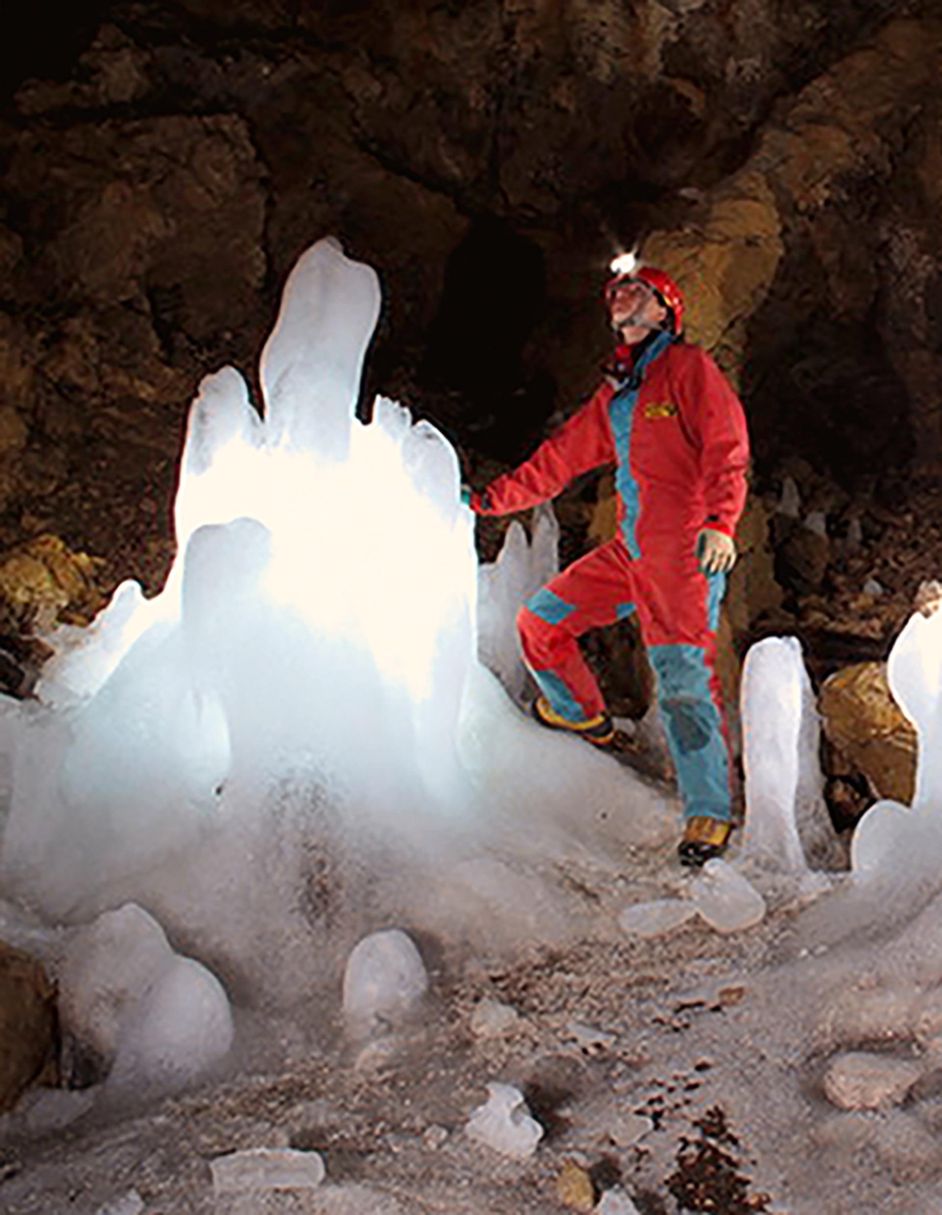 No sólo están a la venta los edificios y espacios públicos de Esino Lario. La cueva congelada de Moncodeno tiene un precio de apenas 450.000 euros (http://vendesiesino.it/)