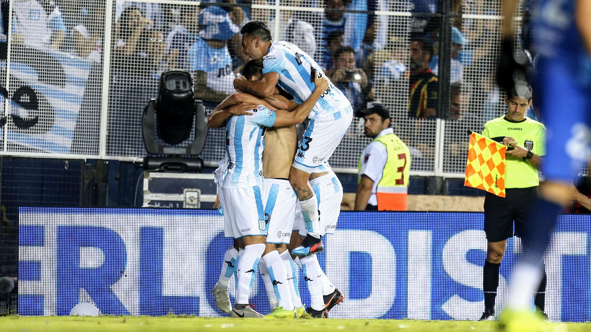 Todos abrazan a Jonatan Cristaldo, el autor del gol del empate ante Defensa y Justicia