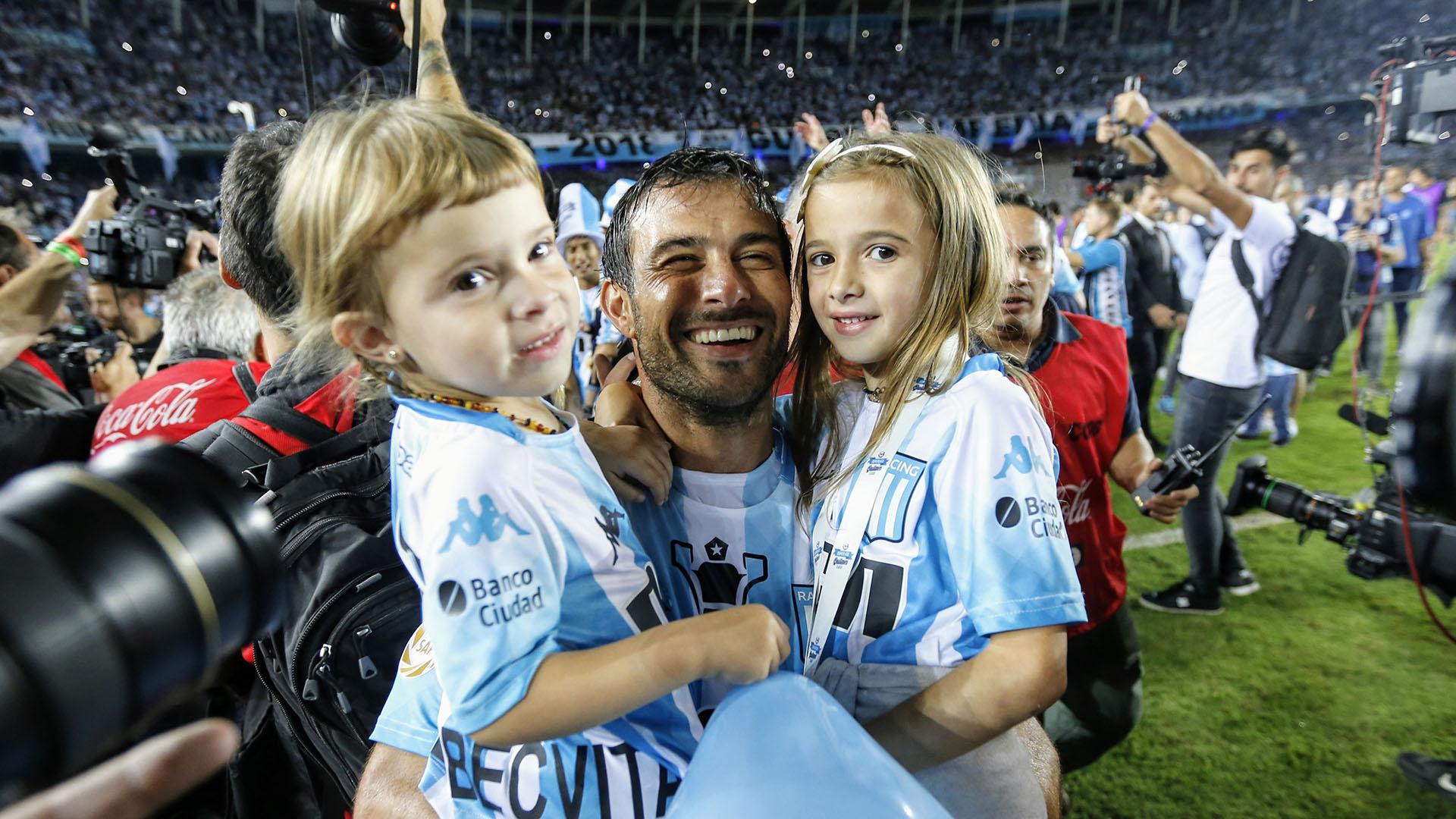 El delantero Darío Cvitanich celebra junto a sus hijas la obtención de la Superliga Argentina
