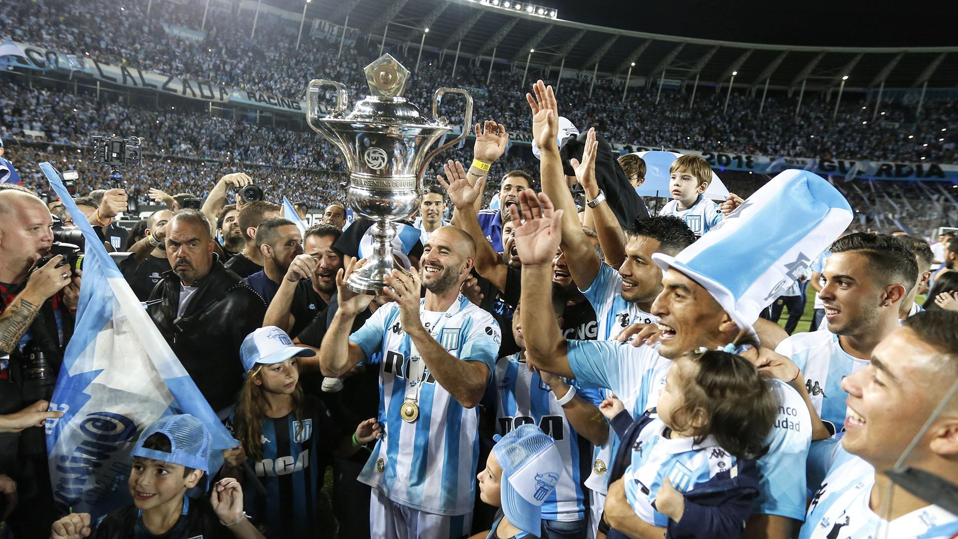 """Licha"" López con el trofeo de la Superliga Argentina, que lo clasificó a Racing a la próxima Copa Libertadores 2020"