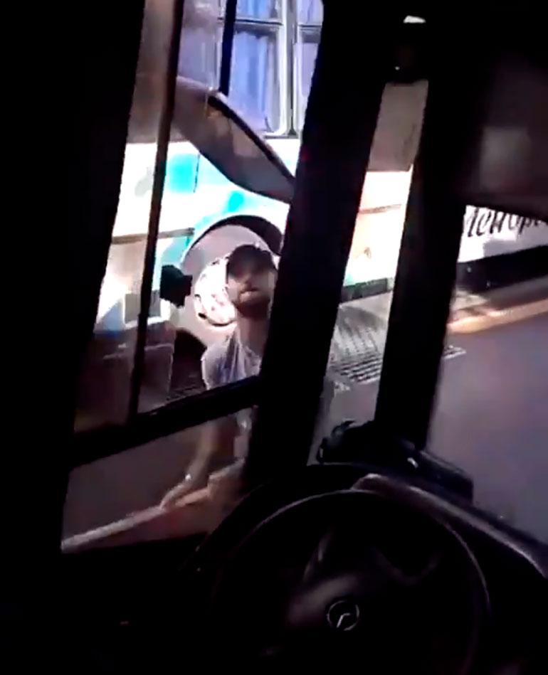 La violenta agresión quedó registrada en la filmación de uno de los pasajeros del colectivo