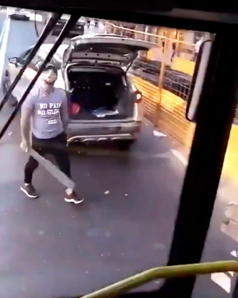 El agresor rompió los dos espejos retrovisores laterales del colectivo con un palo de madera y se marchó