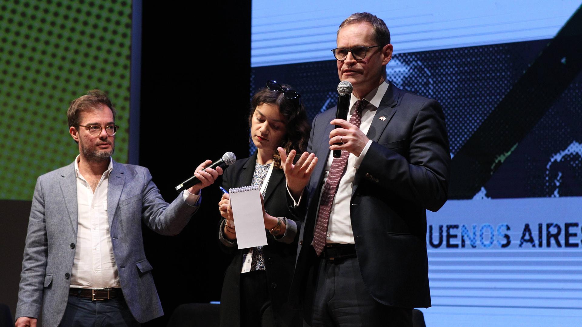 El alcalde de Berlín, Michael Müller, habla durante la clausura de la III Cumbre Internacional de Ciudades Culturales, en Buenos Aires. A su derecha, el minustro porteño de la cartera cultural, Enrique Avogadro (EFE/ Pablo Ramón)