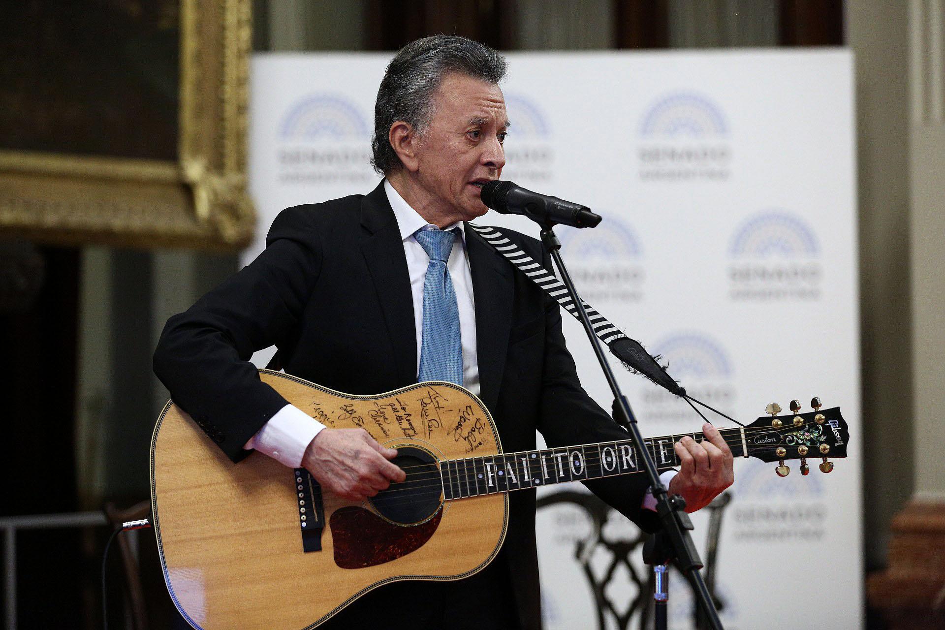 Como no podía ser de otra manera, el homenajeado entonó algunas de sus canciones