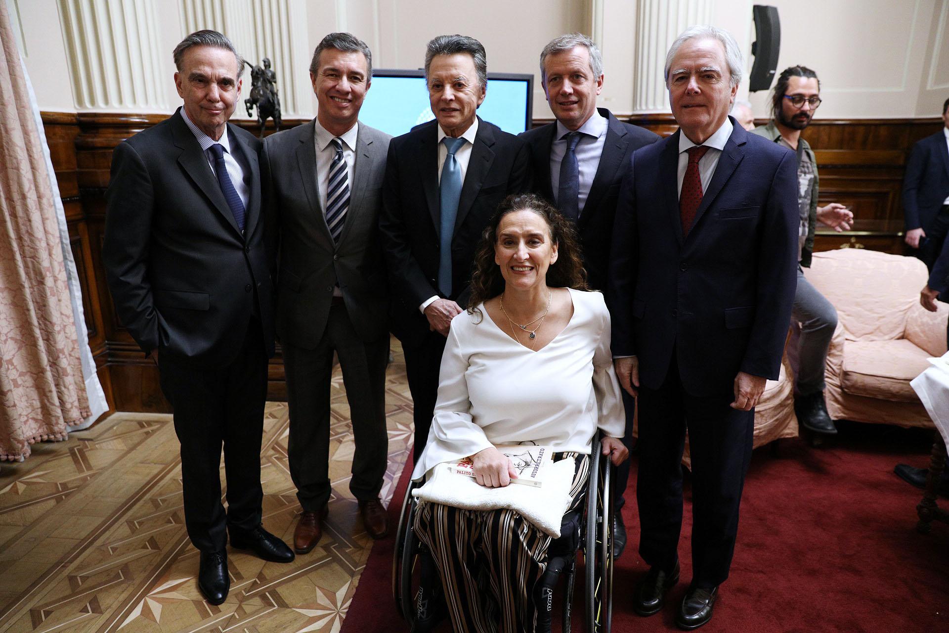 Palito con los legisladores que lo distinguieron: Picheto, Aguilar,Monzó, Federico Pinedo y Michetti