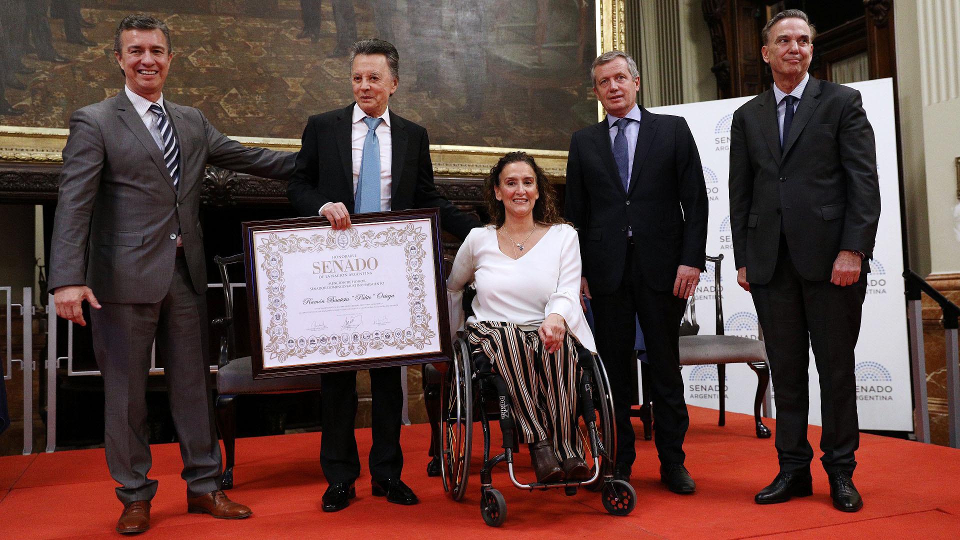 Aguilar, la vicepresidente Gabriela Michetti, el presidente de la Cámara de Diputados, Emilio Monzó, y Pichetto, tras entregarle el diploma a Palito