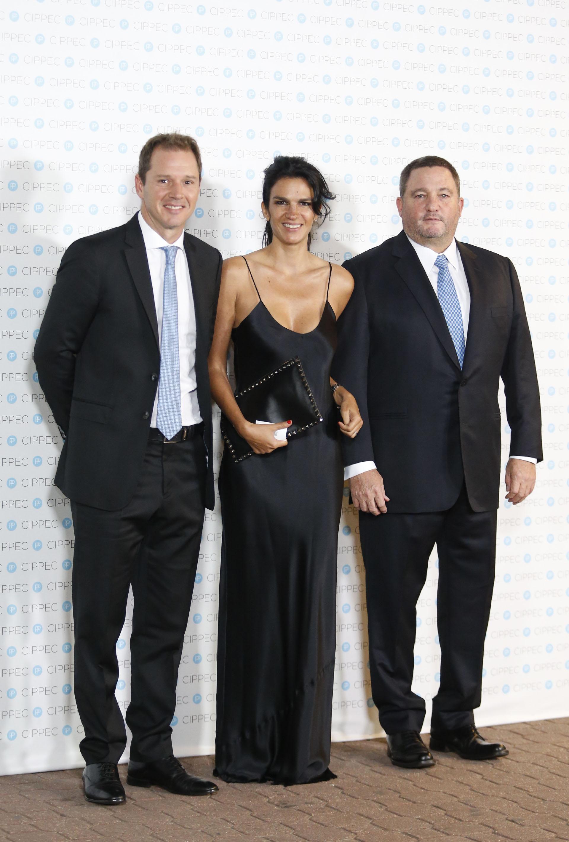 Jorge Brito y su mujer Gabriela Vaca Guzman junto a Alejandro Macfarlane
