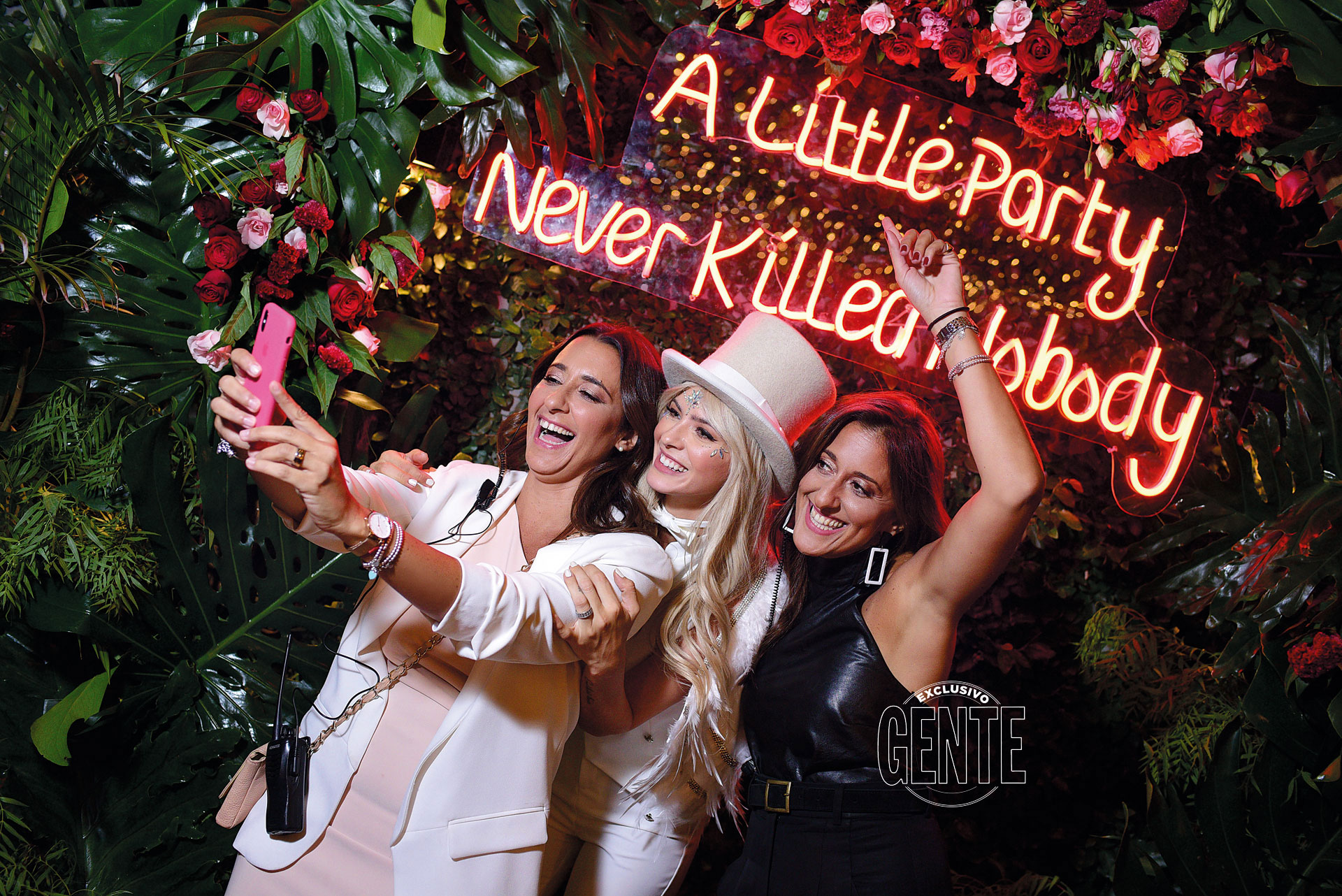 """Una selfie frente al letrero de luces de neón, junto a Loli y Noe de Azares Eventos, las encargadas de organizar """"su fiesta soñada""""."""