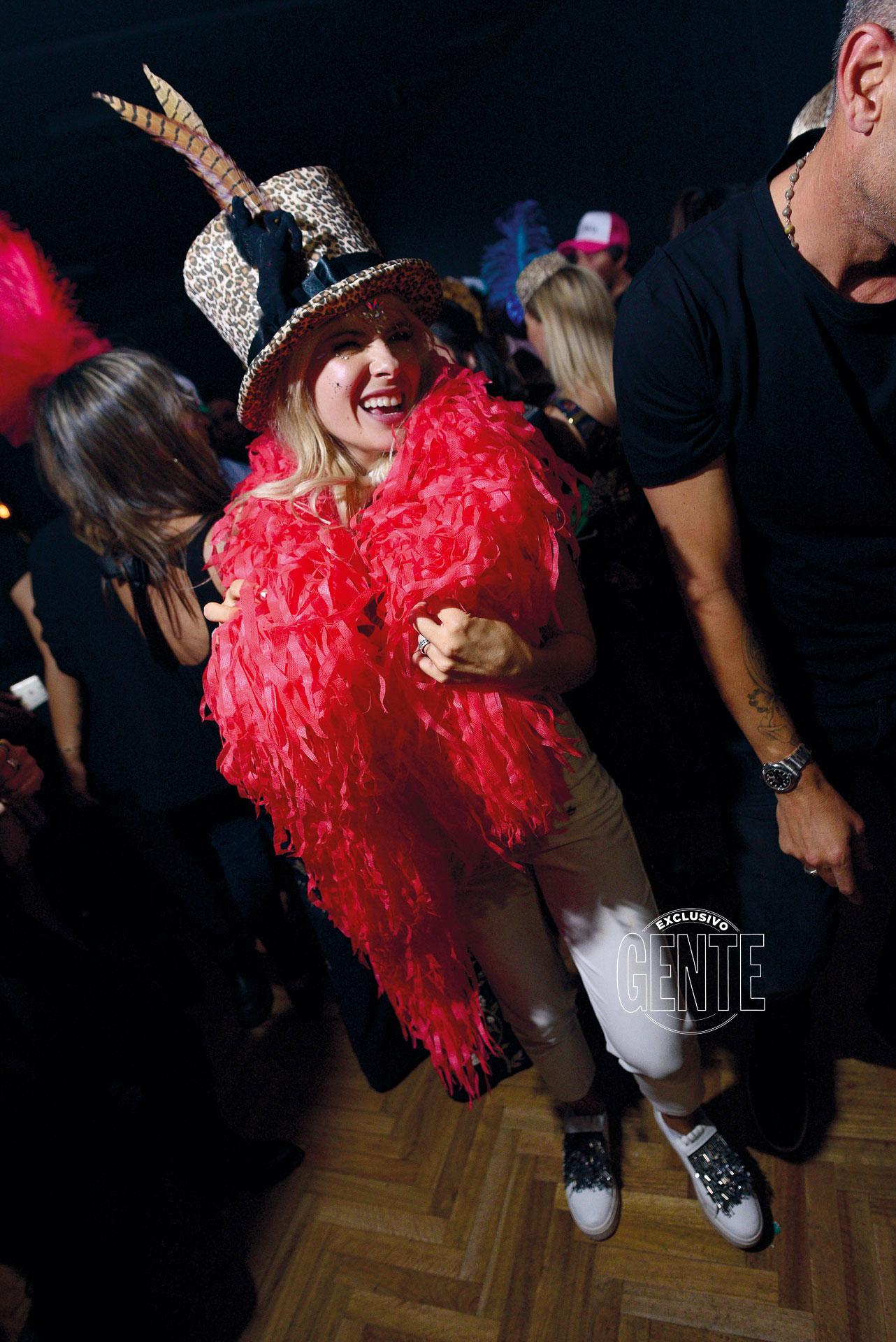 En plena fiesta, la actriz se puso una galera animal print de pana con plumas de faisán y una boa flúo de Shiny Happy People.