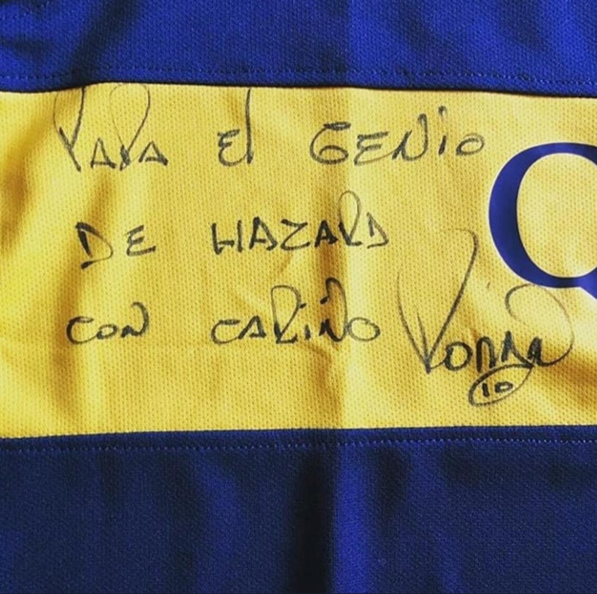 La firma de Riquelme en la camiseta que le envió a Eden Hazard