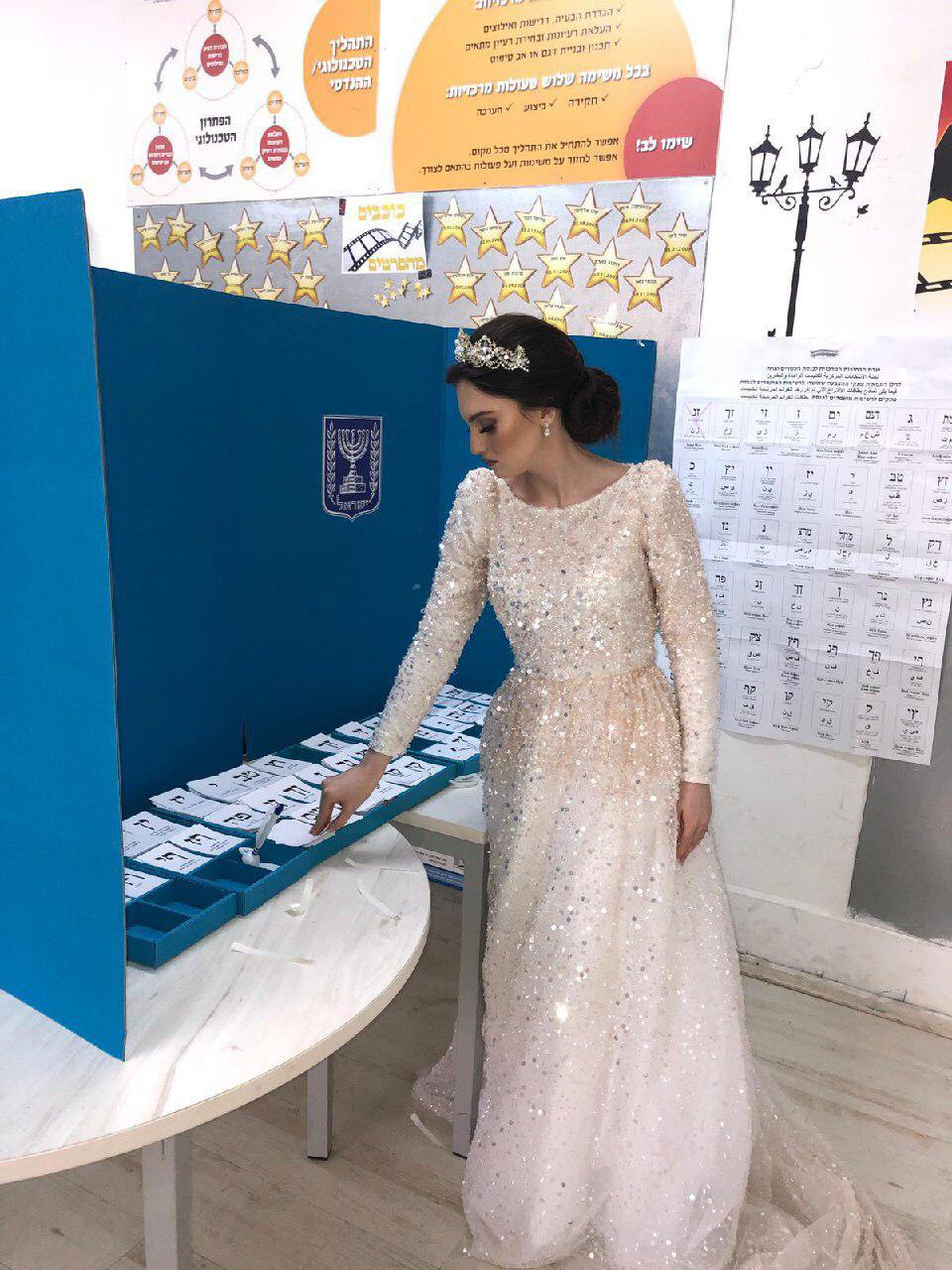 Elecciones en Israel. Pnina Warziski de la ciudad de Ashdod votó con su vestido de novia. Luego se casó
