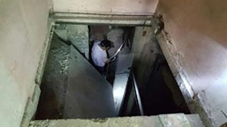 Un montacargas escondido debajo de la mesada de la cocina y una escalera oculta, llevaban a los dos subsuelos
